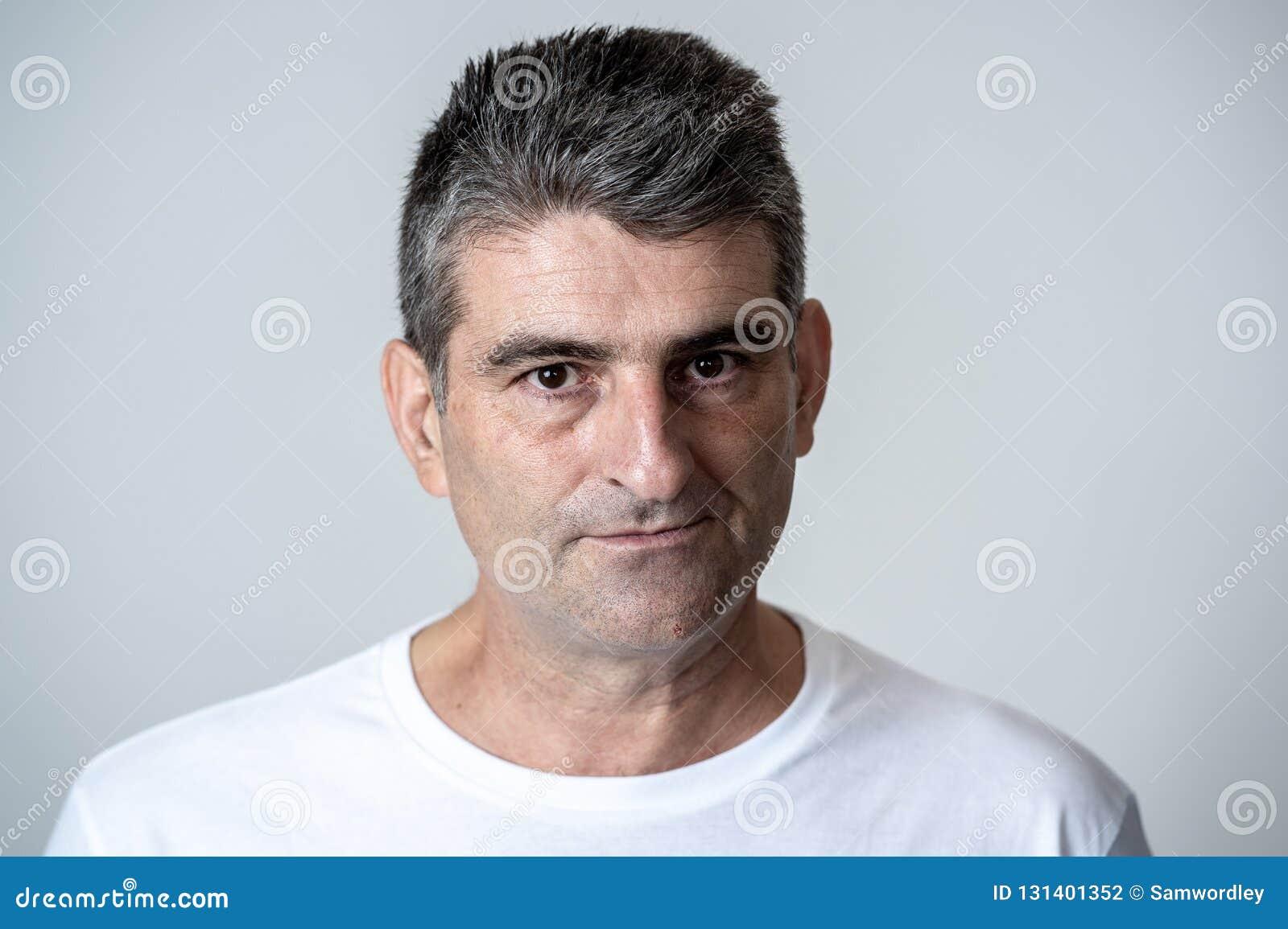Retrato de um 40s maduro ao homem branco irritado 50s e da virada que olha expressões faciais das emoções humanas furiosos e agre