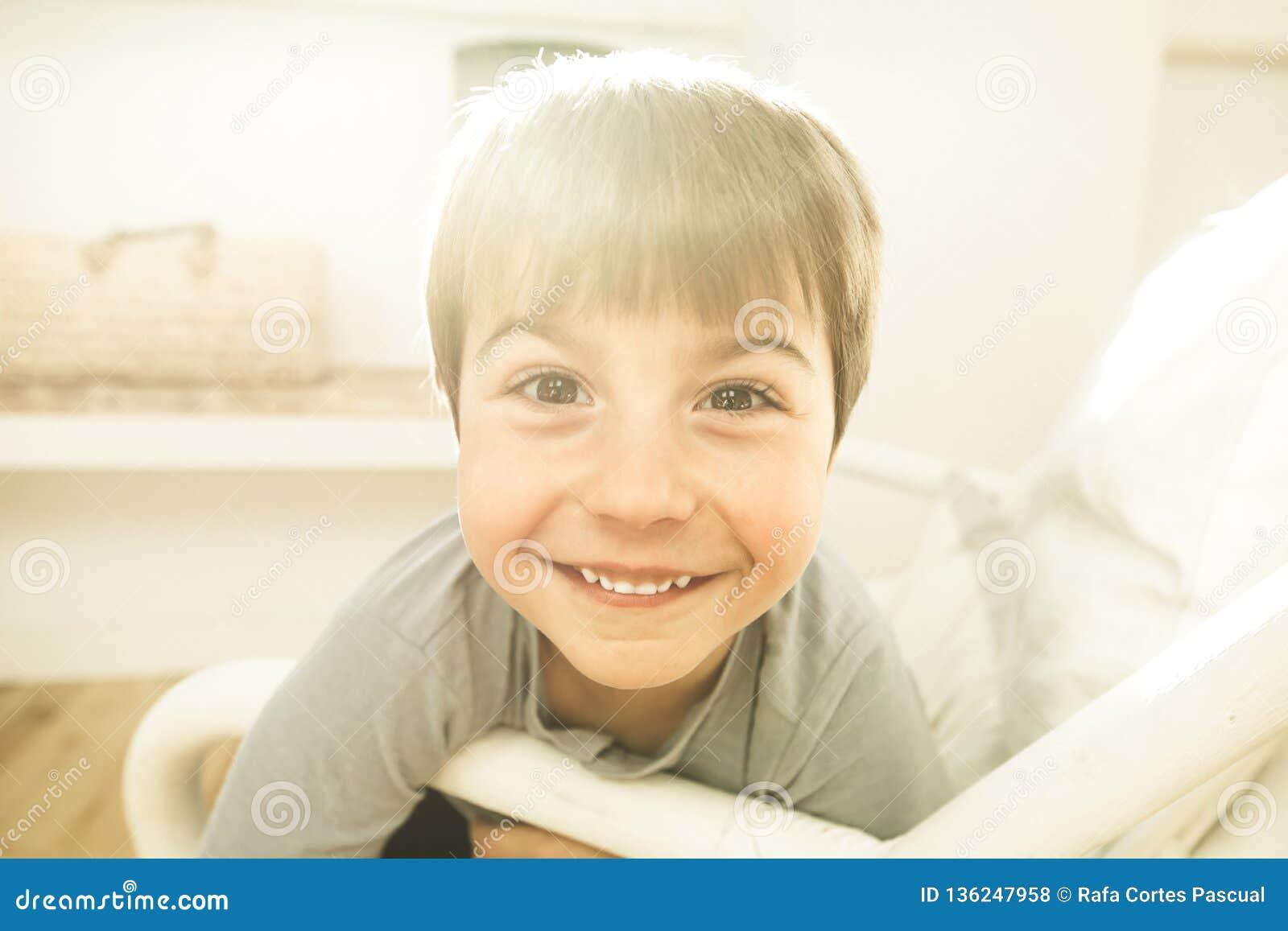 Retrato de um sorriso e de uma criança feliz em casa Criança com expressão alegre
