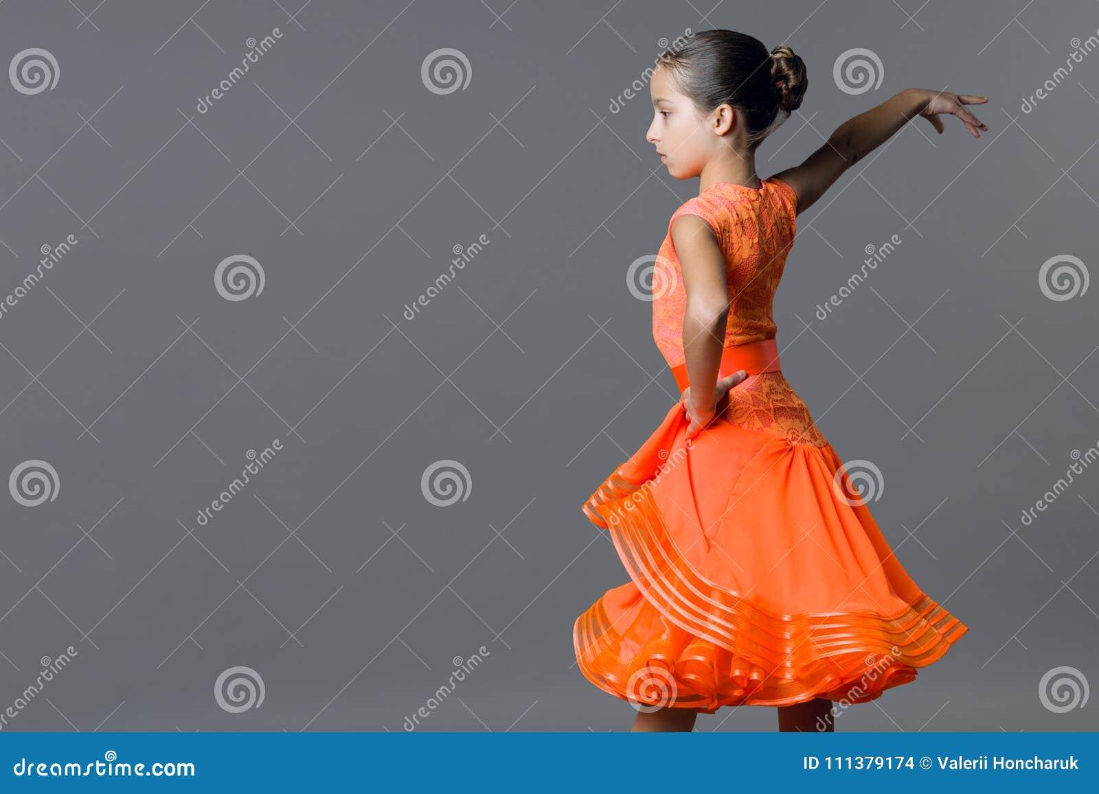 Retrato de uma criança da menina 9-10 anos de dançarino idoso Ostenta a dança de salão, latino