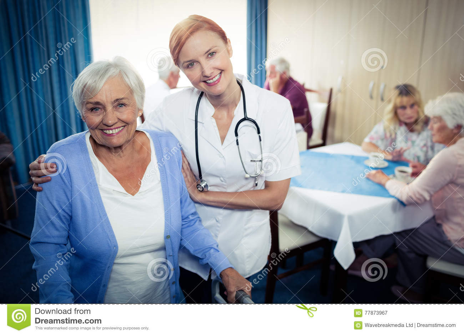 Retrato de uma enfermeira que ajuda a um sênior que usa um caminhante