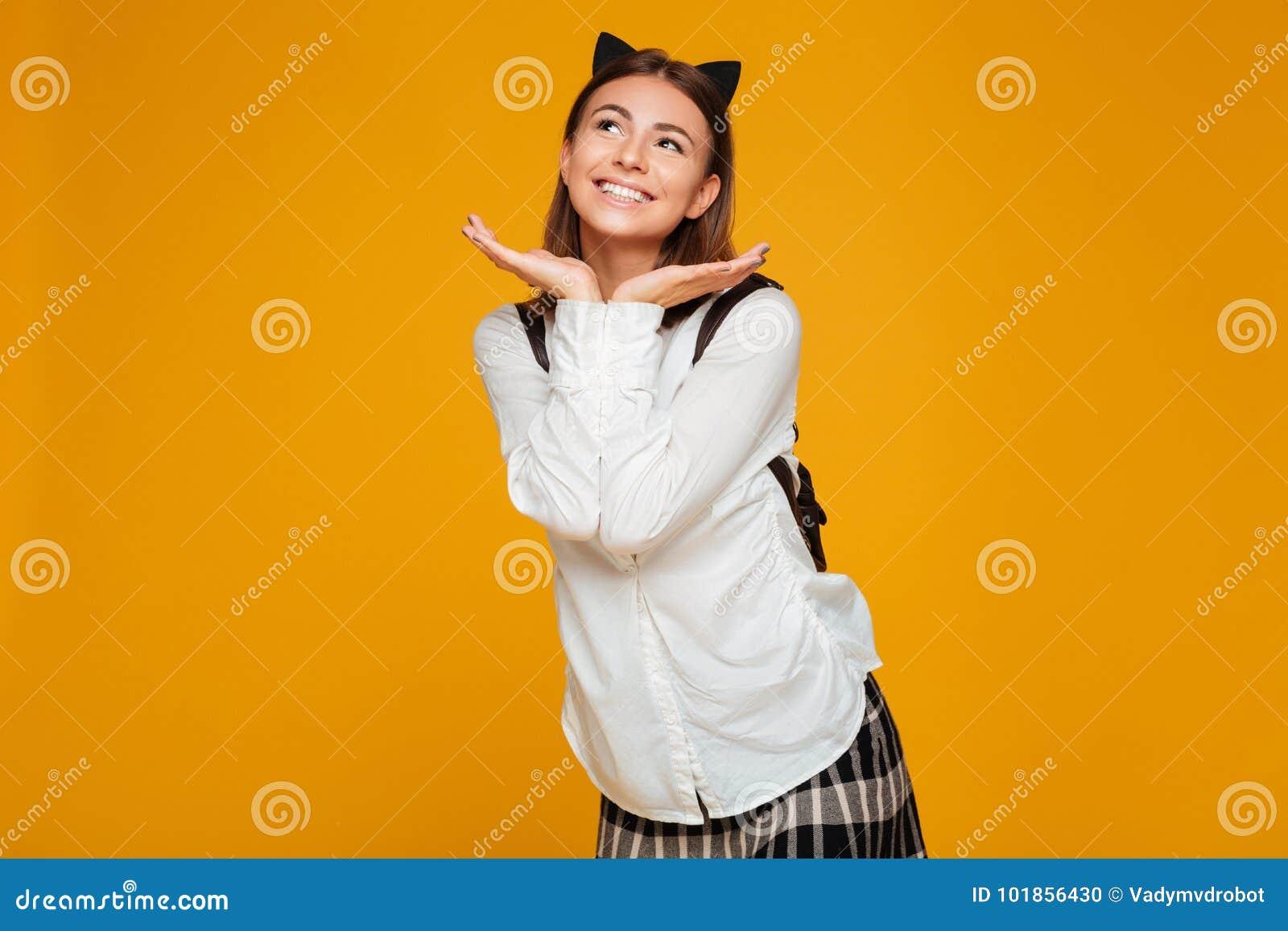 Retrato de uma estudante de sorriso bonita com trouxa