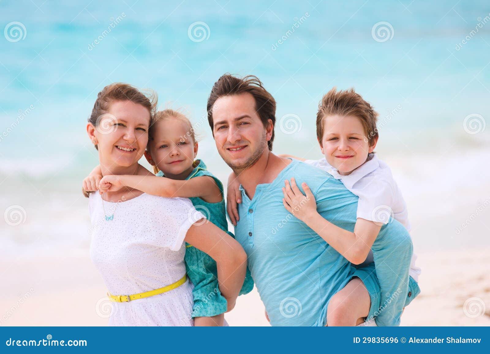 Família em umas férias tropicais da praia