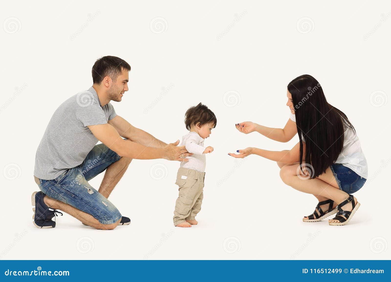 Retrato de uma família feliz que ensine uma criança andar