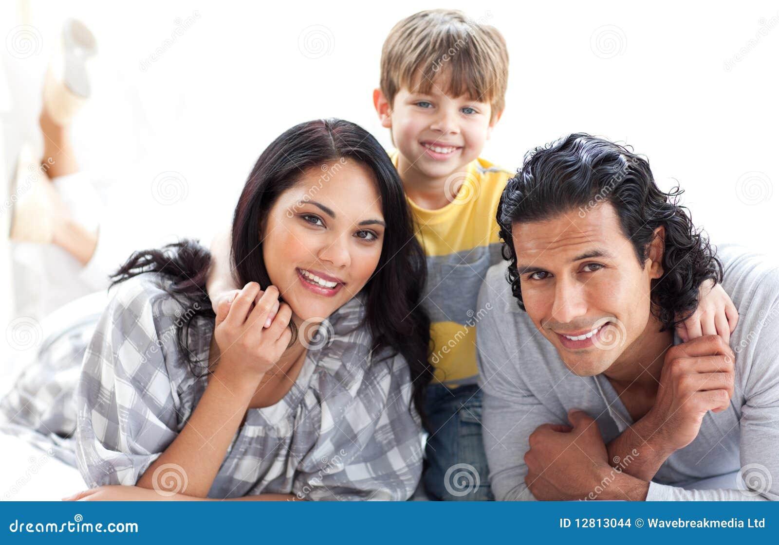 Retrato de uma família loving que encontra-se no assoalho