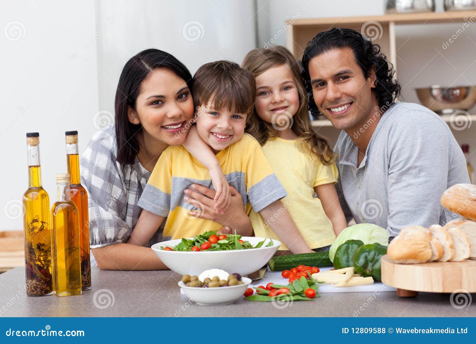 Retrato de uma família na cozinha