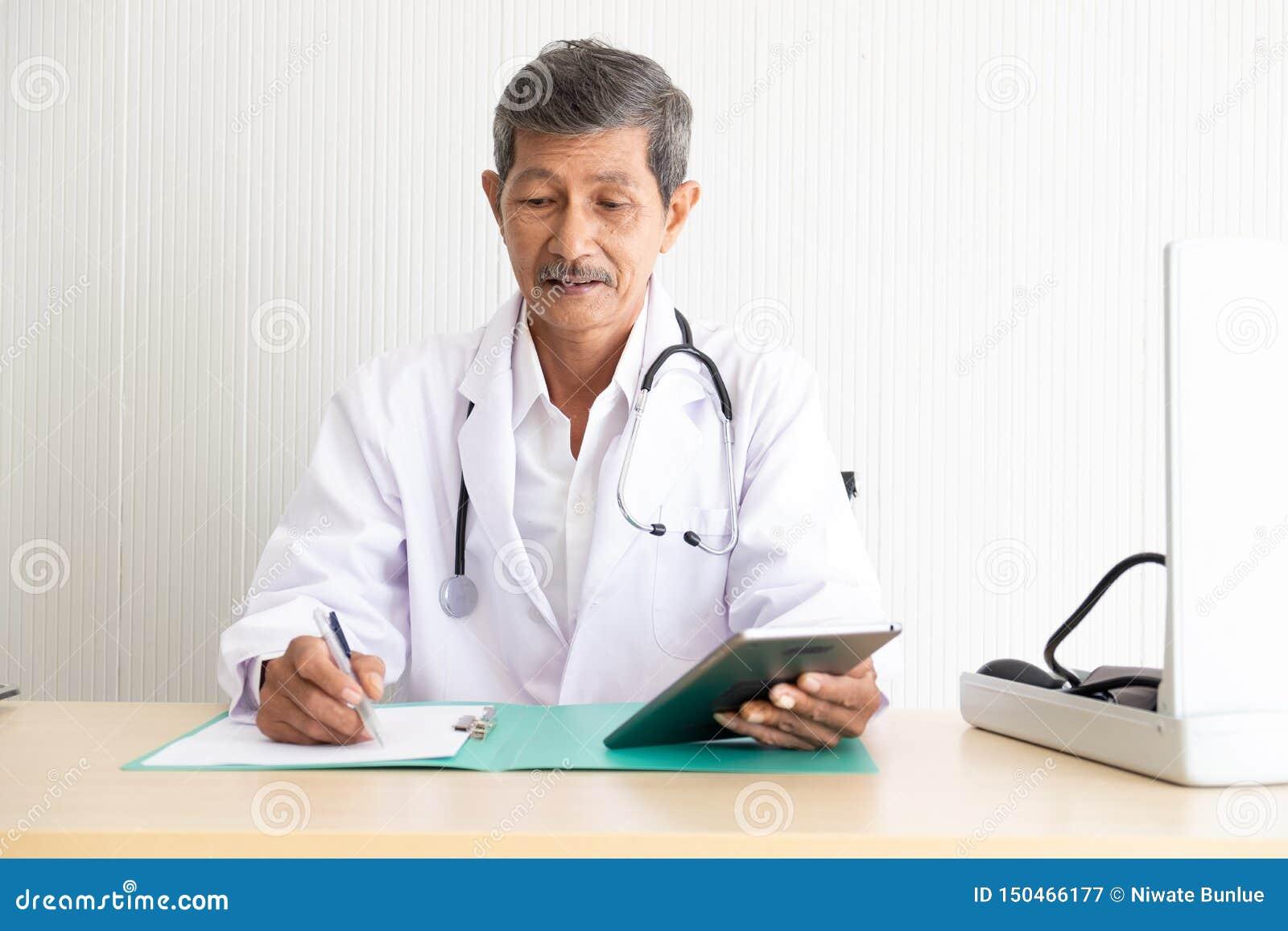 Retrato de uma informação médica da verificação superior do doutor
