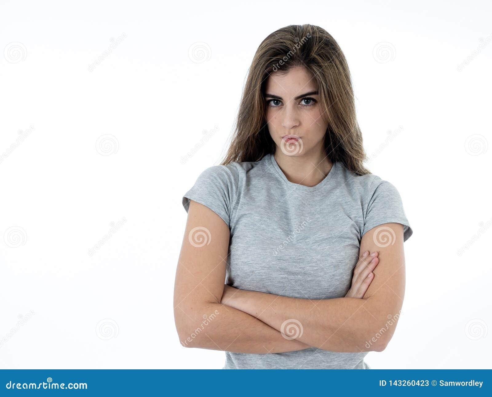 Retrato de uma jovem mulher bonita com a cara irritada que olha furioso Expressões e emoções humanas