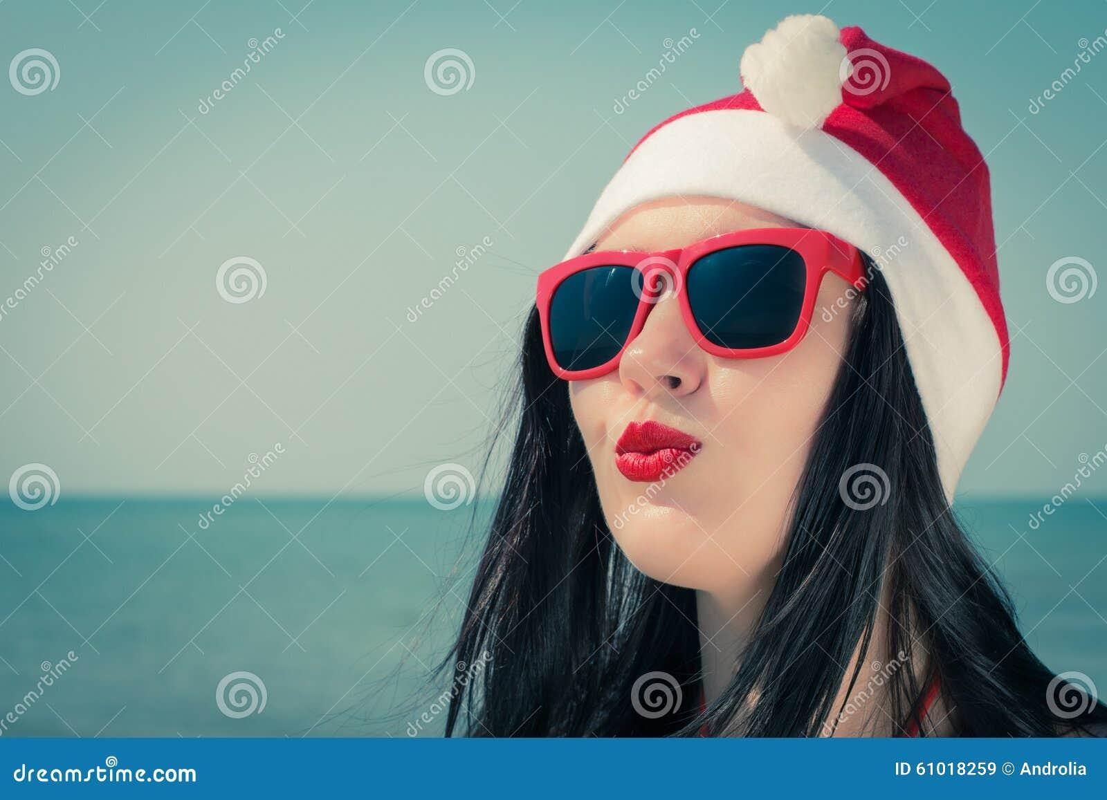 Retrato de uma jovem mulher bonita no equipamento temático do Natal