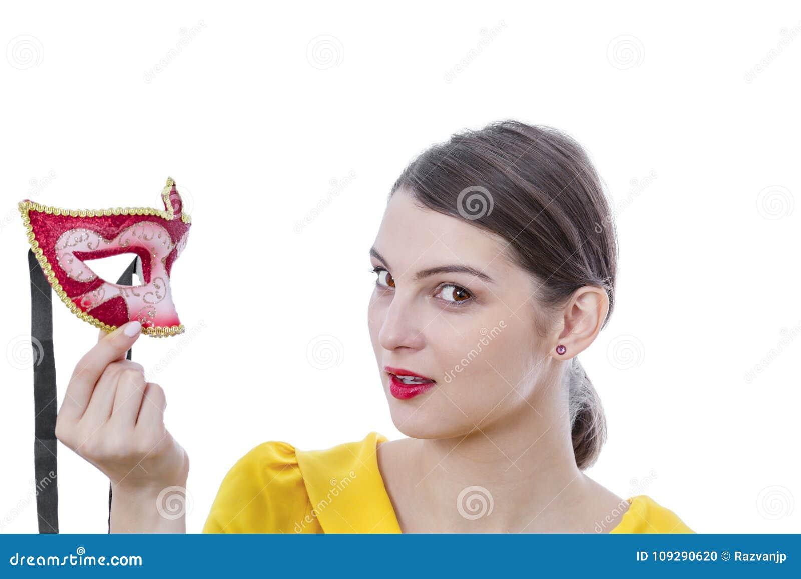 Retrato de uma jovem mulher com uma máscara