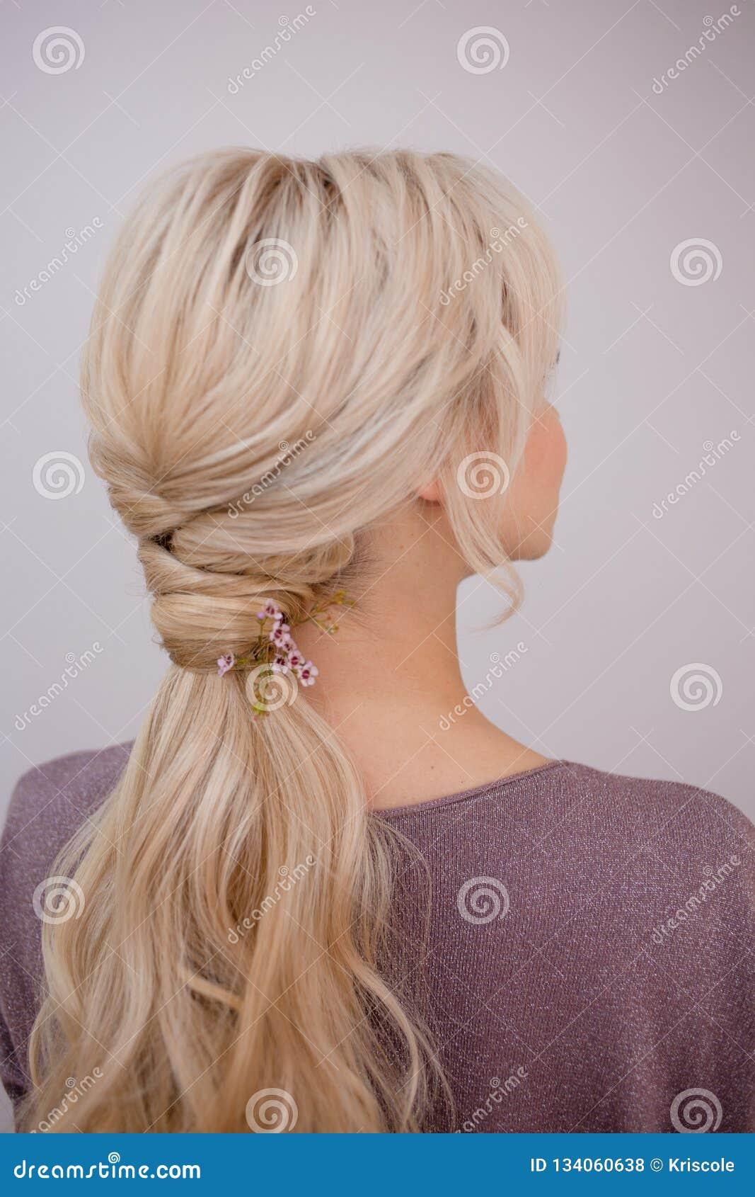 Retrato de uma jovem mulher elegante com cabelo louro Penteado na moda