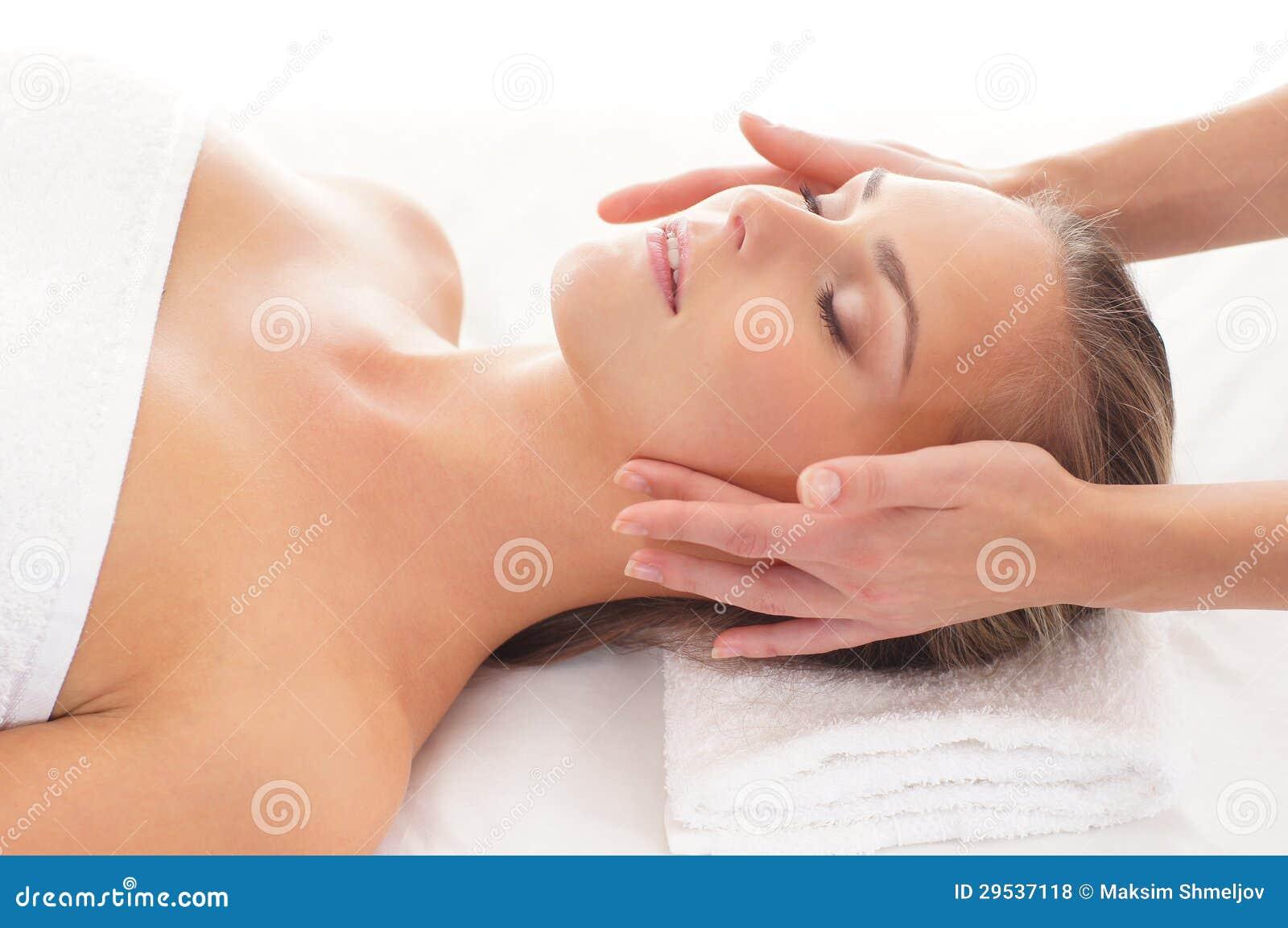 Retrato de uma jovem mulher em um procedimento da massagem
