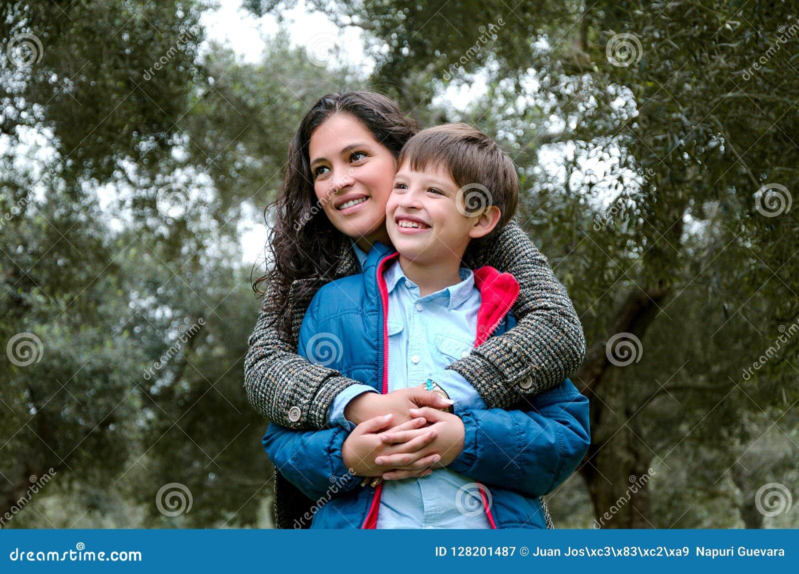 Retrato de uma mãe com seu adolescente do filho Ternura, amor