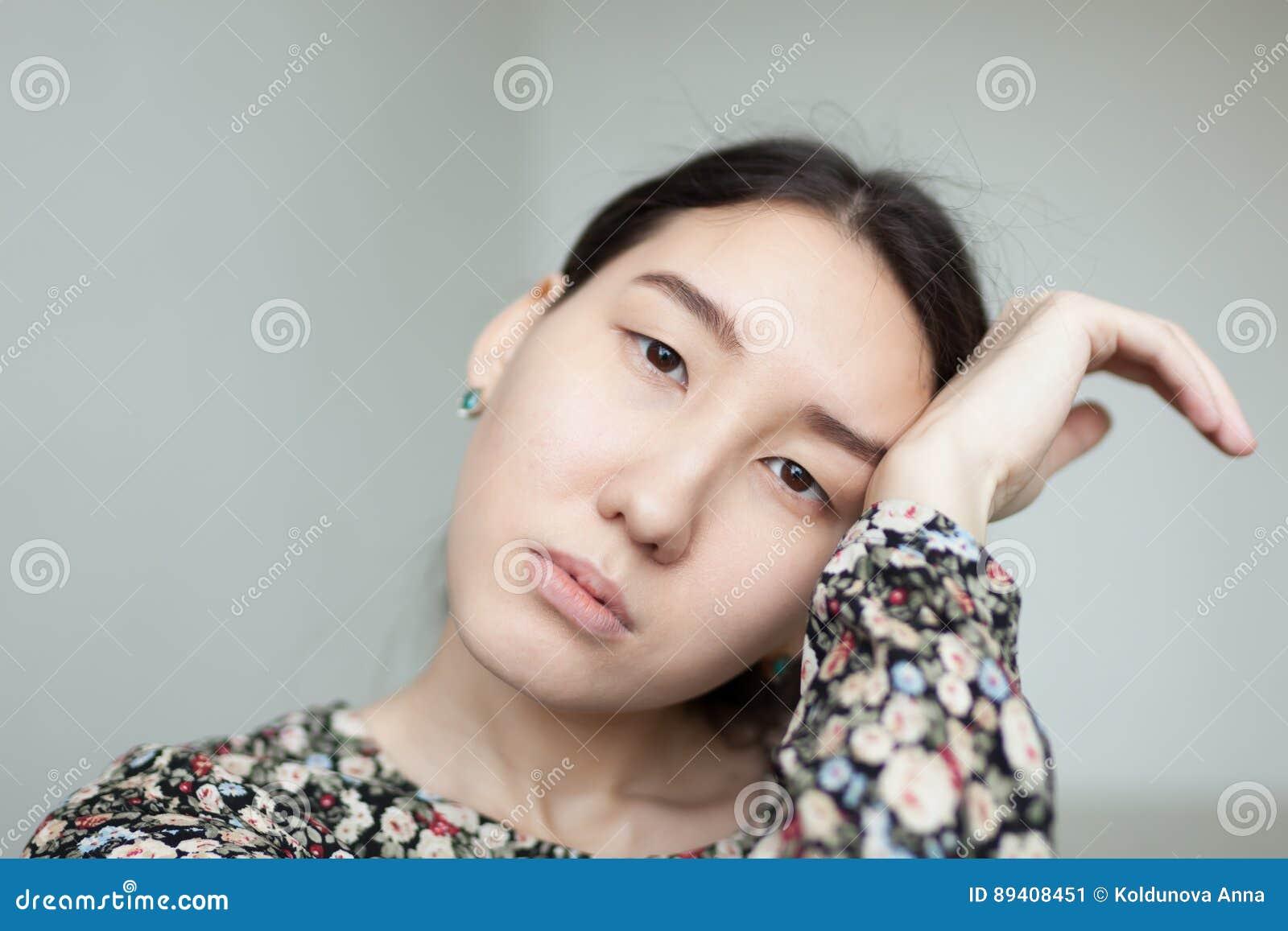 Retrato de uma menina asiática nova