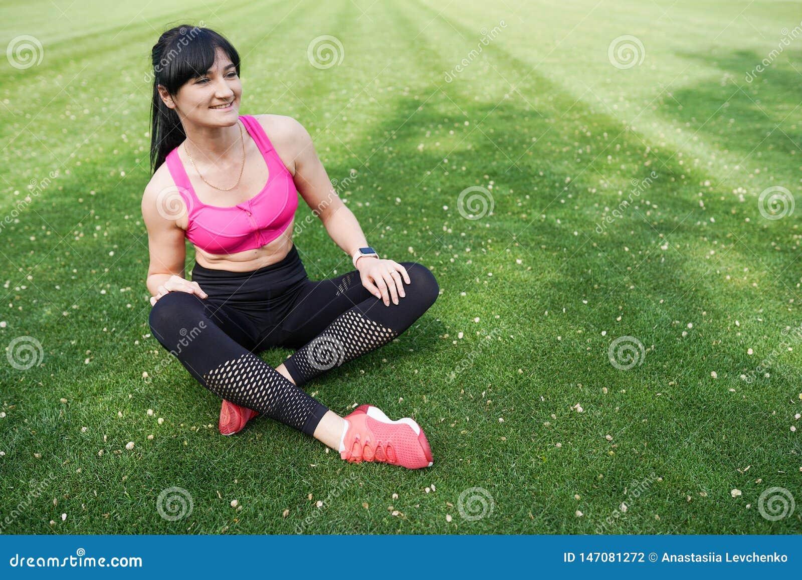 Retrato de uma menina bonita e saudável do esporte no fundo verde