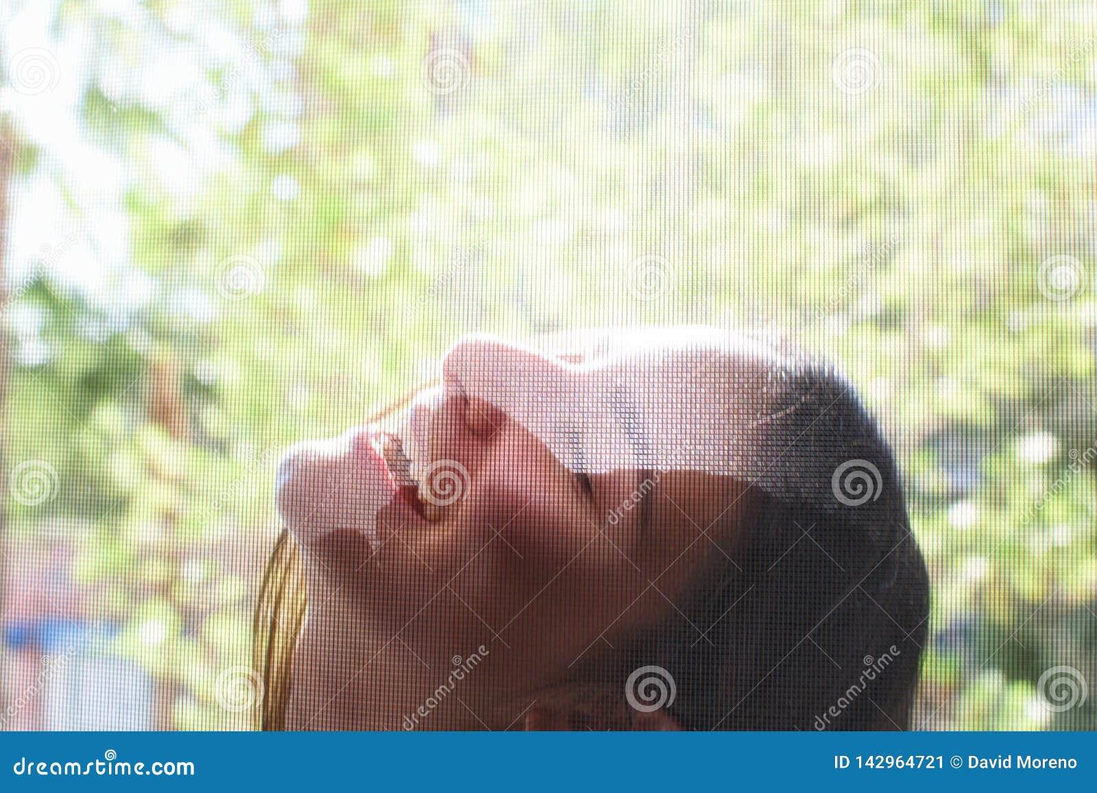 Retrato de uma menina bonita que sorri e que flerta com câmera