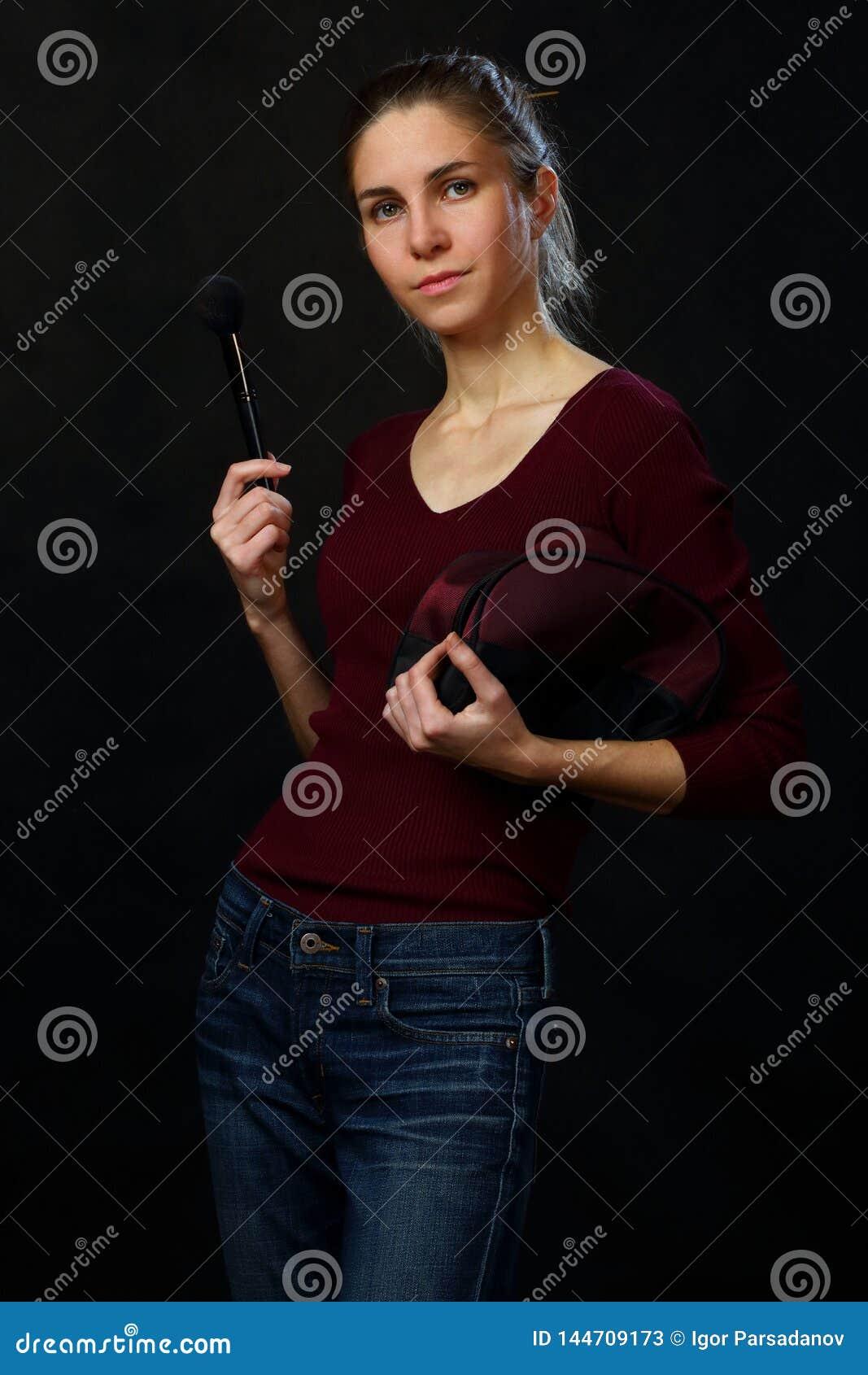 Retrato de uma menina com acess?rios cosm?ticos