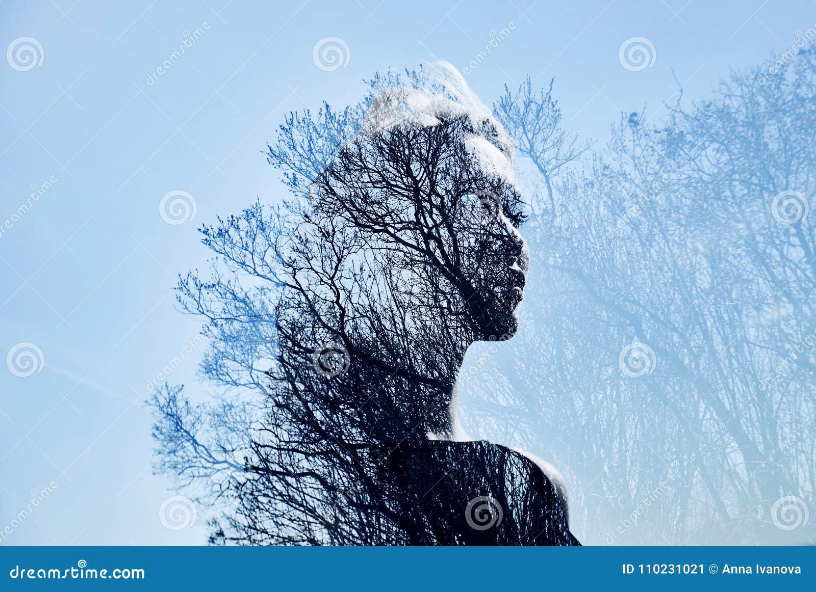 Retrato de uma menina com exposição dobro contra uma coroa da árvore Retrato misterioso delicado de uma mulher com um céu azul