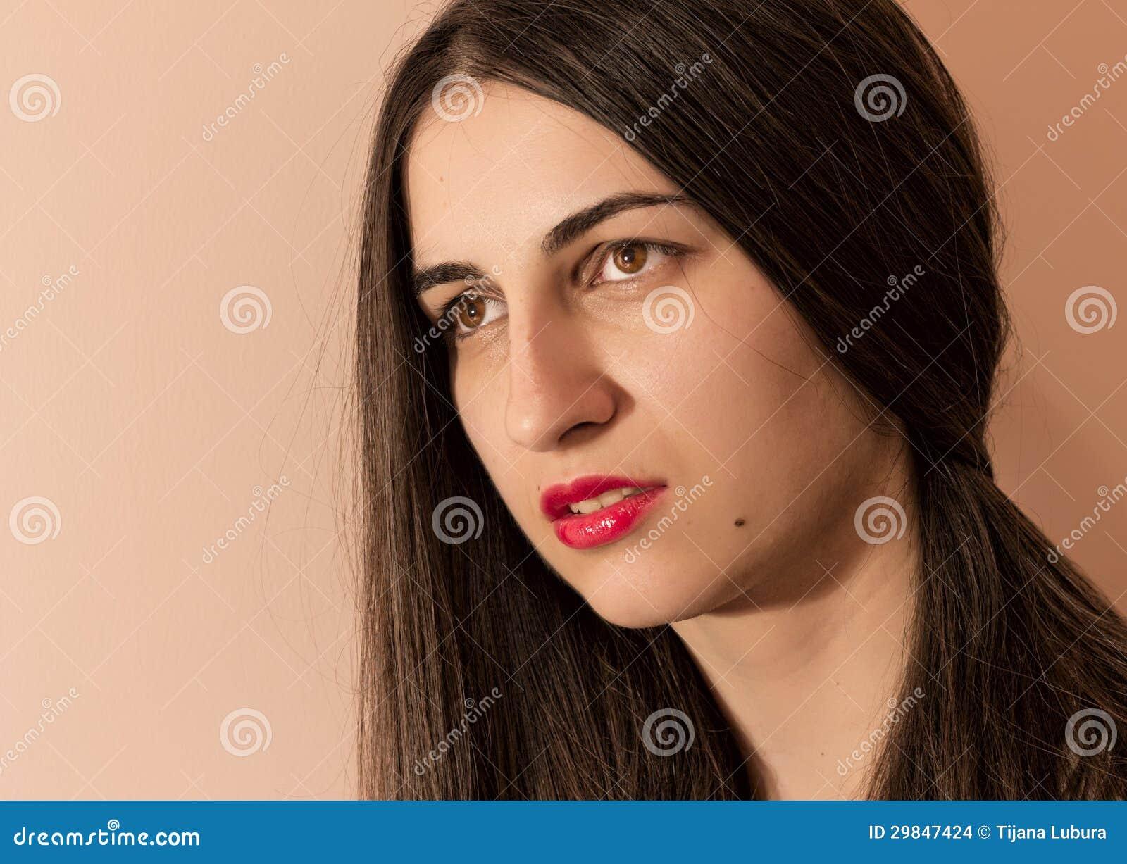 Retrato de uma menina com bordos vermelhos