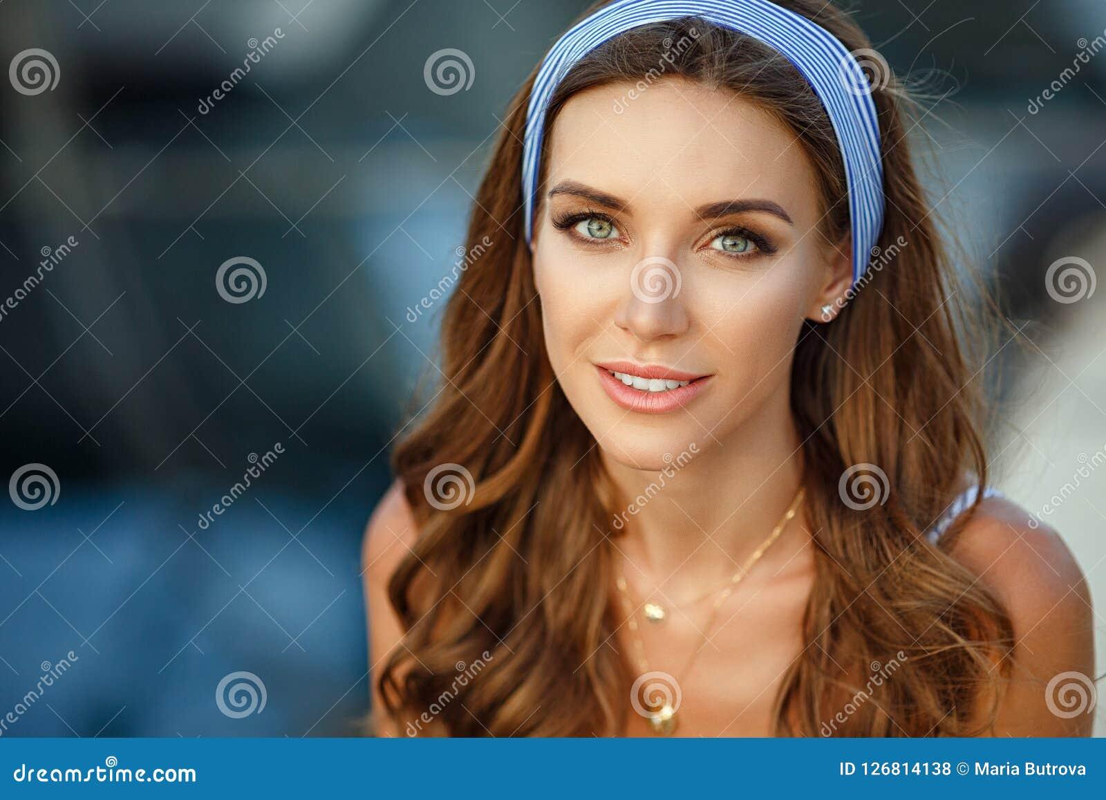 Retrato de uma menina sensual e  sexy  muito bonita em um estreptococo azul