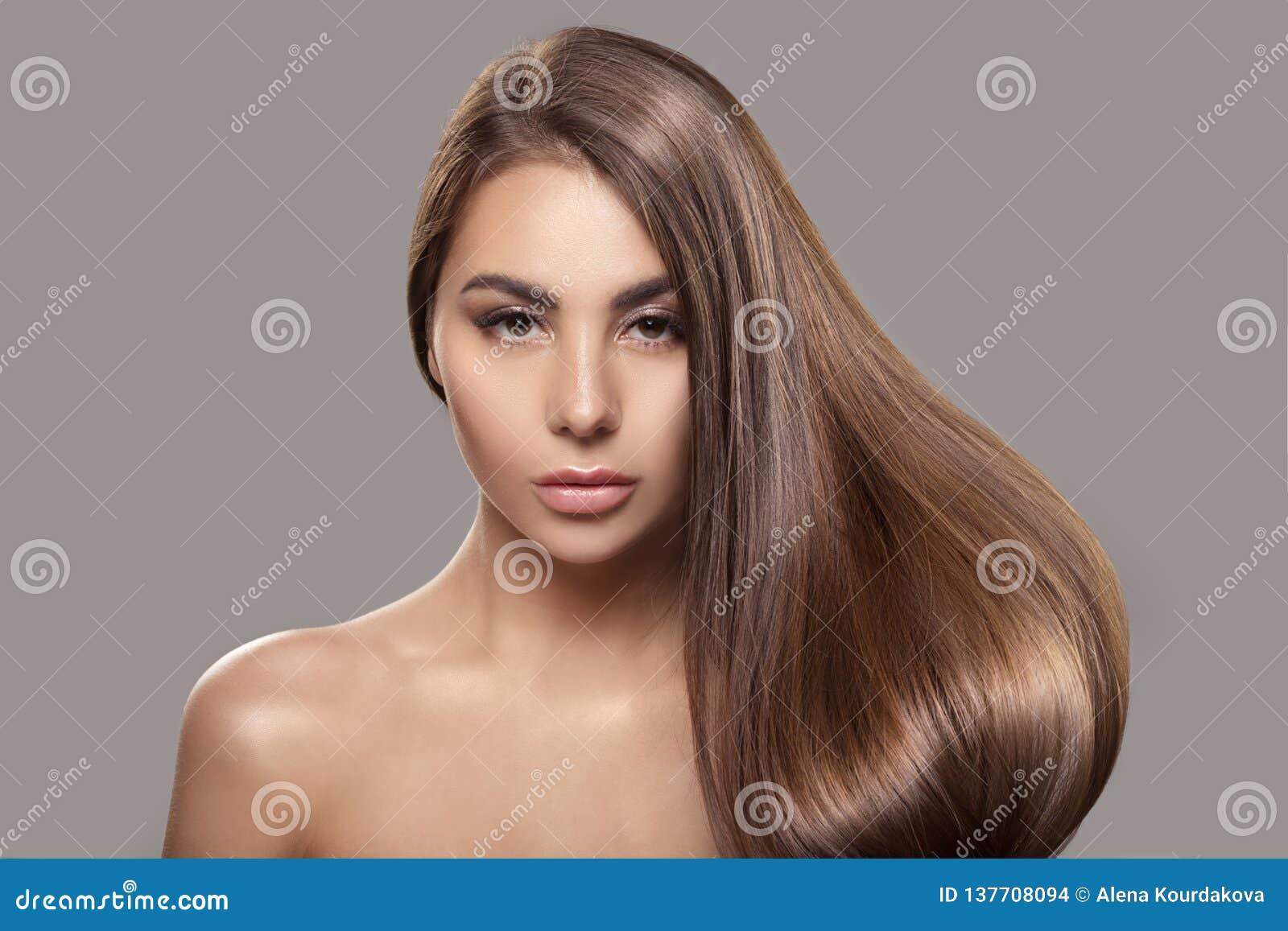 Retrato de uma mulher bonita com cabelo reto brilhante