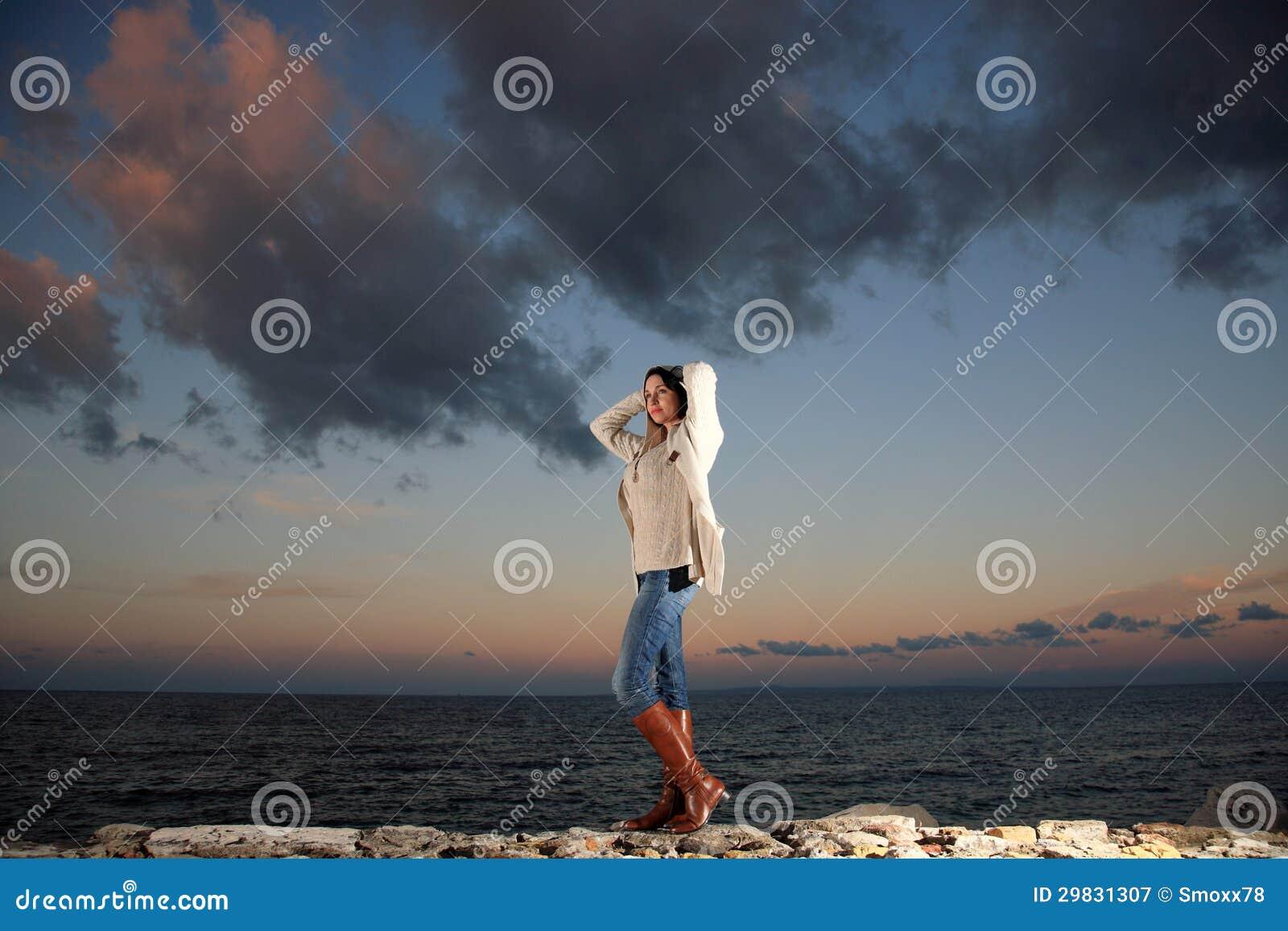 Mulher bonita pelo mar