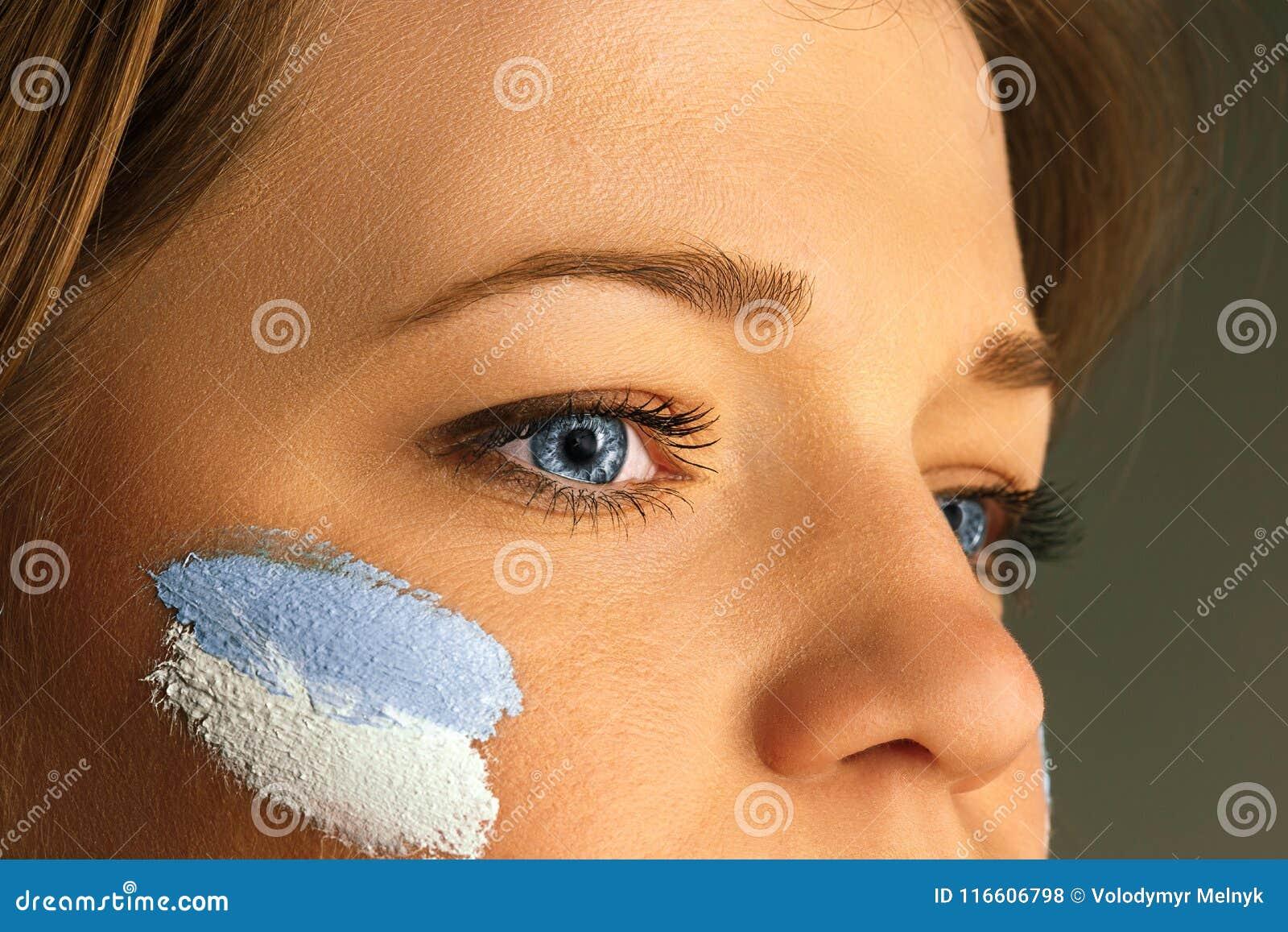 Retrato De Uma Mulher Com A Bandeira Da Argentina Pintada Em