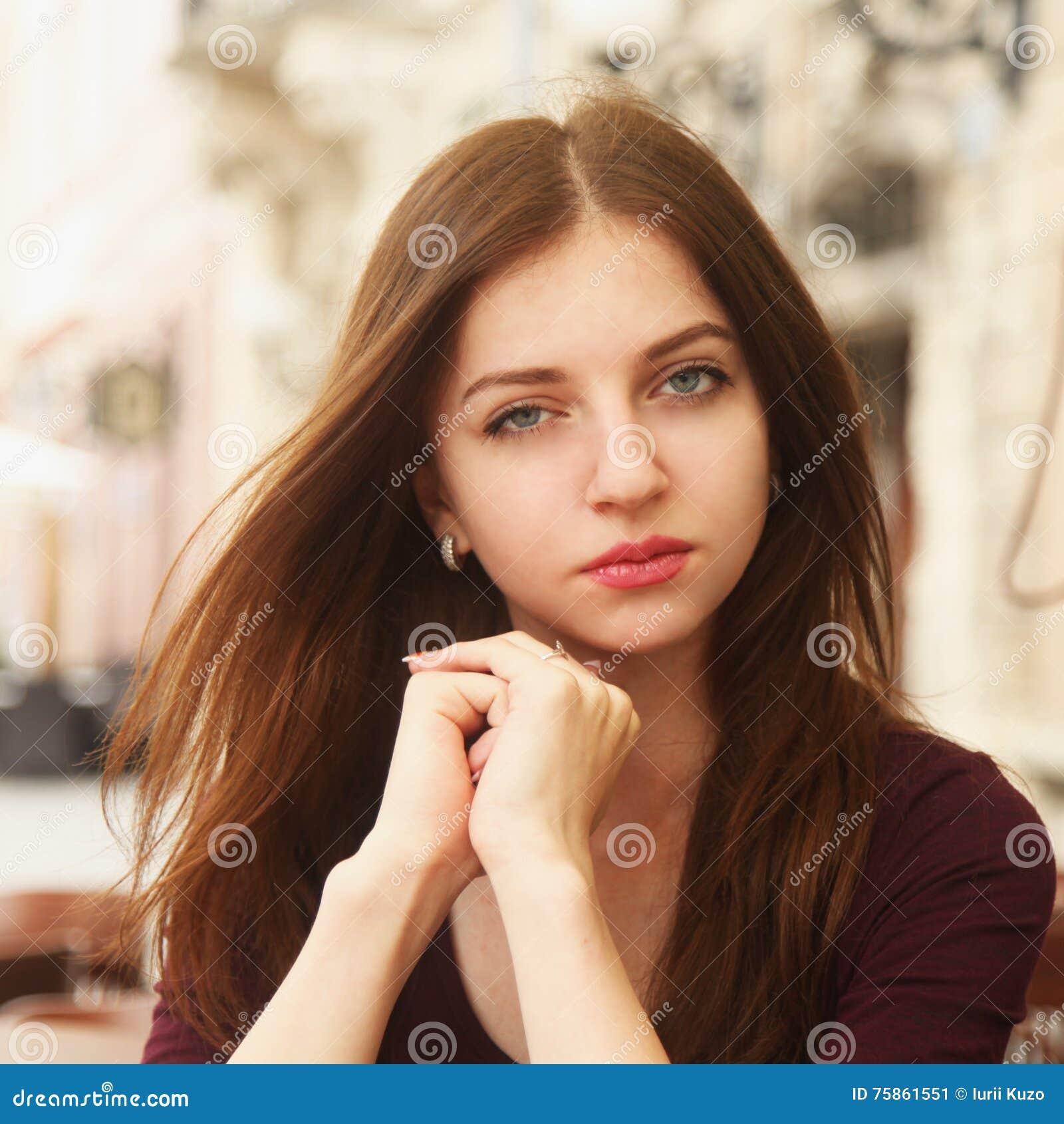 Retrato de uma mulher encantadora