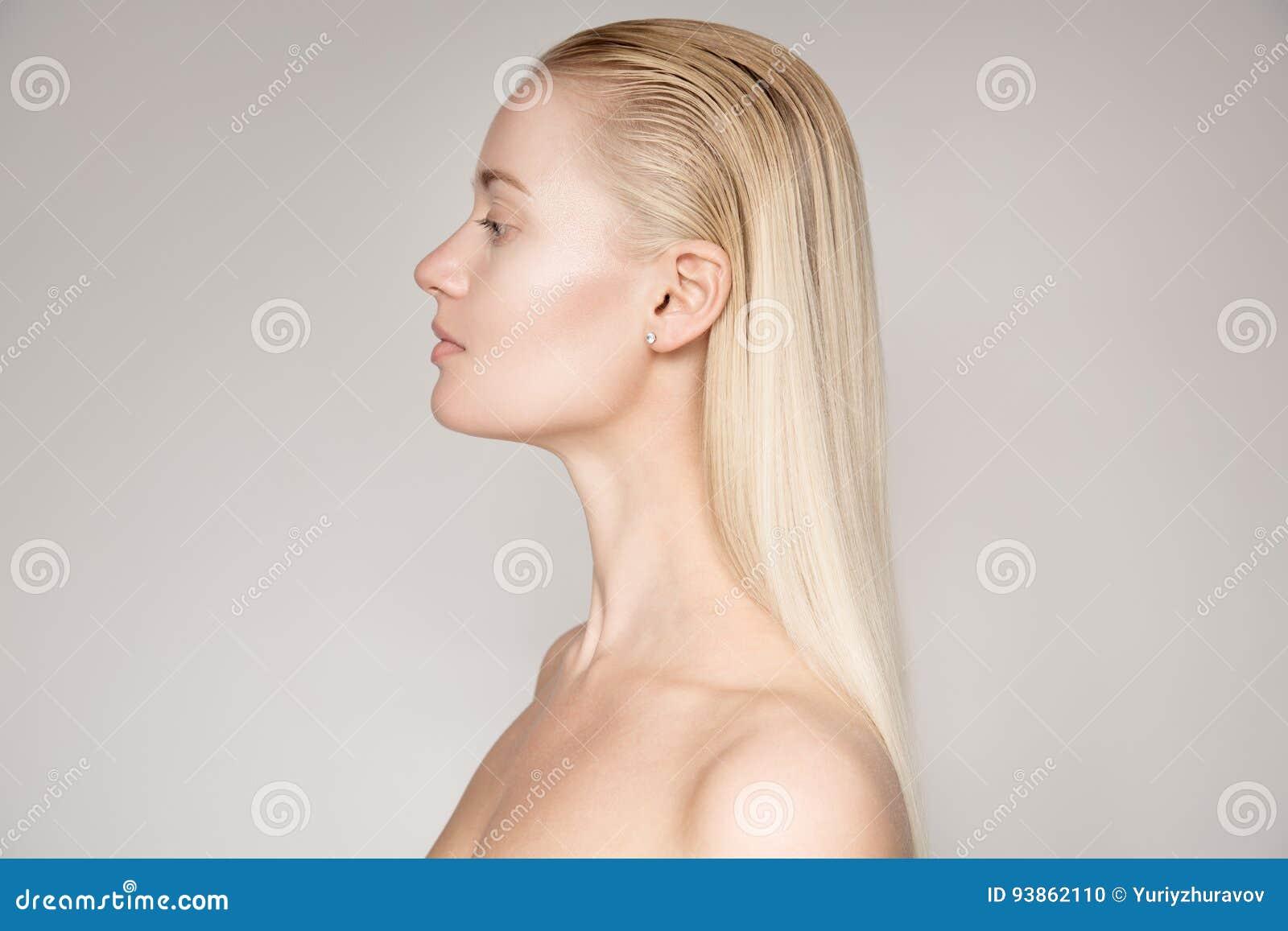 Retrato de uma mulher loura nova bonita com o Hai reto longo