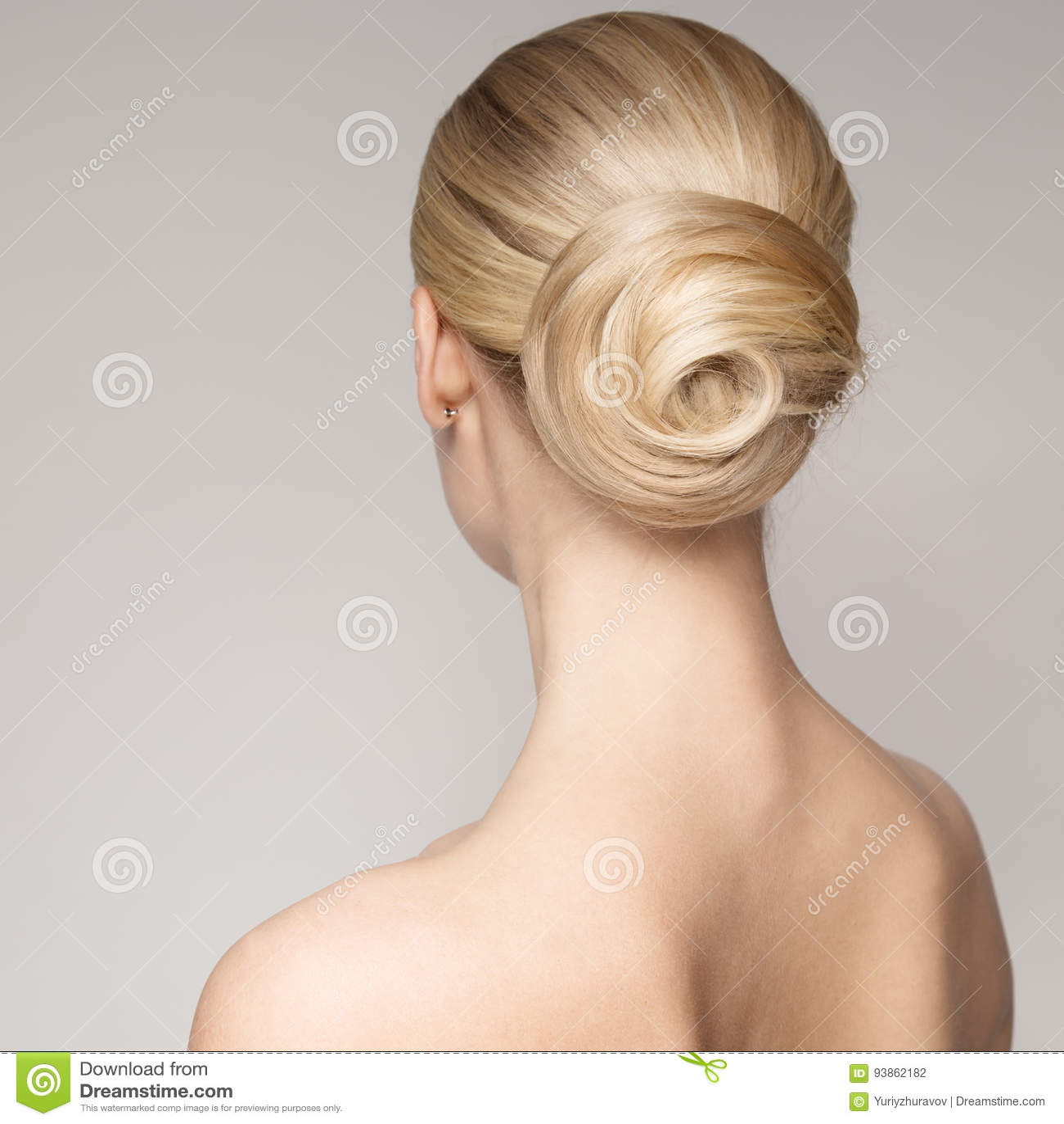 Retrato de uma mulher loura nova bonita com penteado do bolo