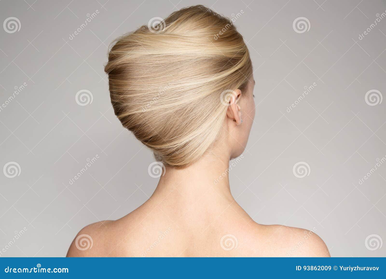 Retrato de uma mulher loura nova bonita com Shell Hairstyle