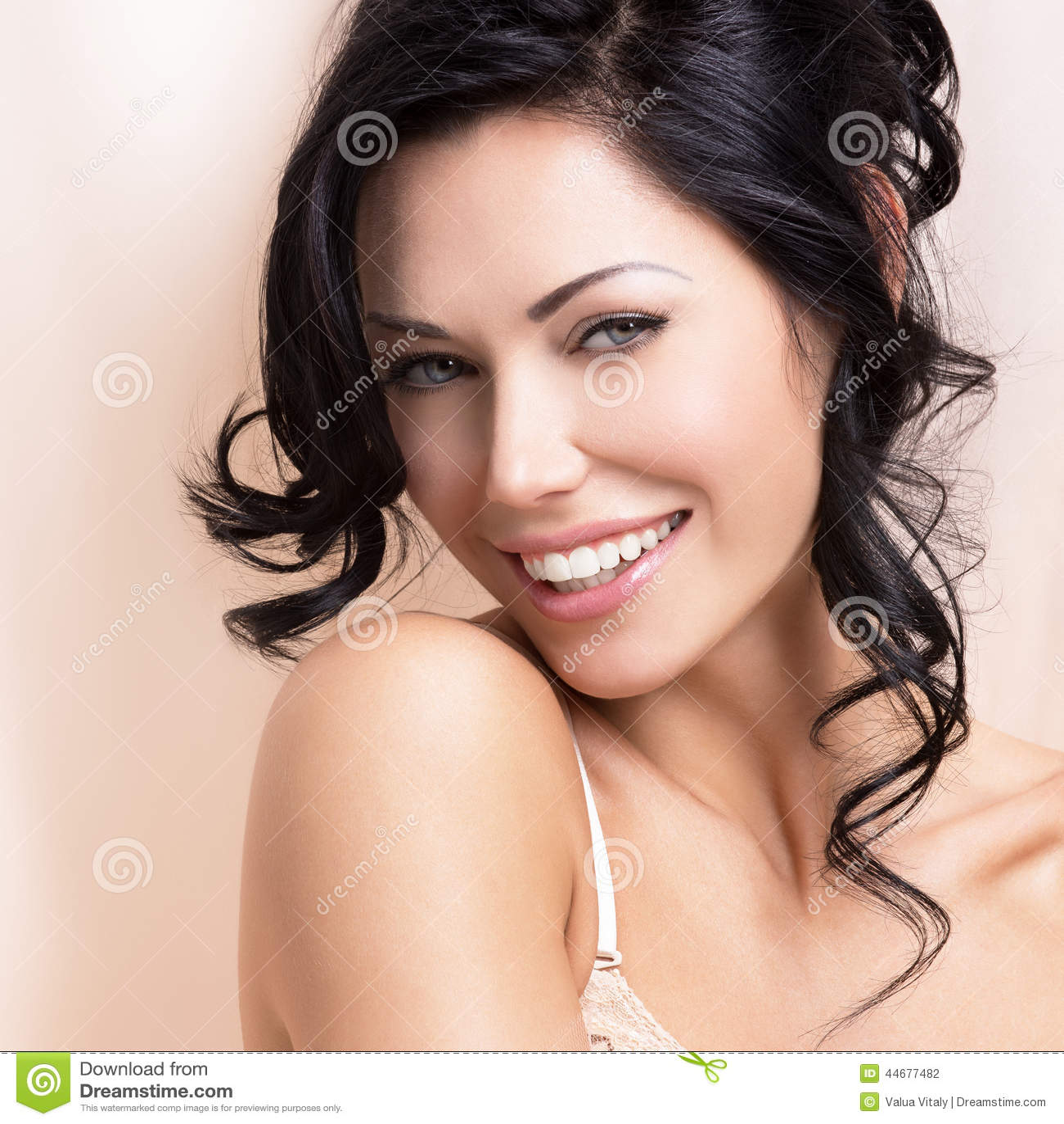 Retrato de uma mulher macia  sexy  bonita com hairstyl criativo