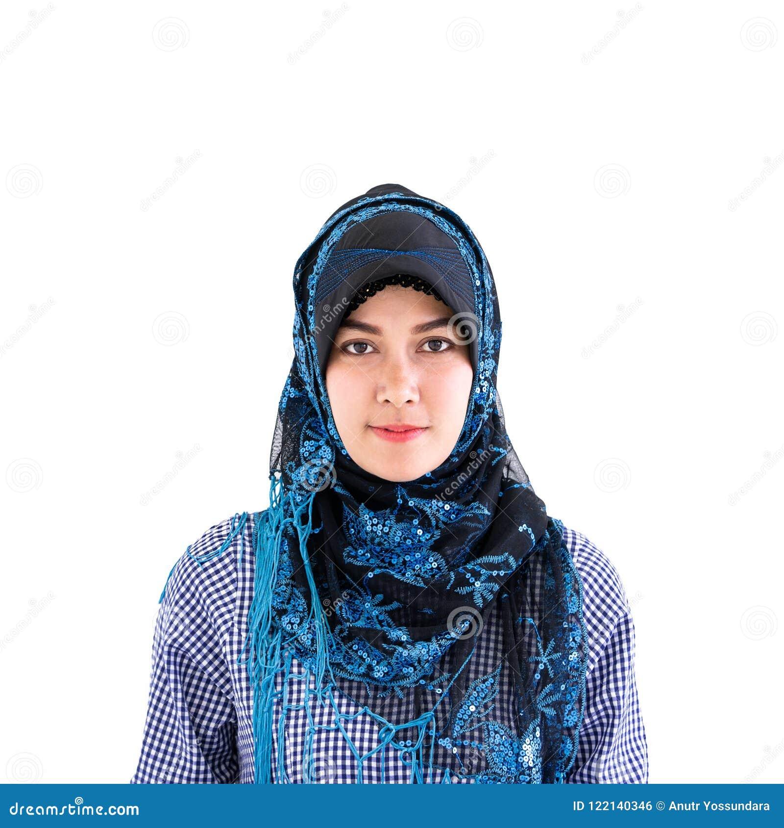 Retrato de uma mulher muçulmana do Islã no branco