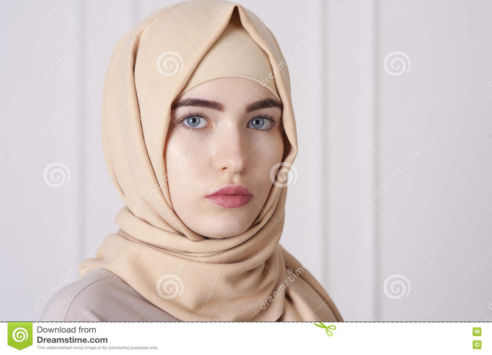 Retrato de uma mulher muçulmana nova bonita que veste um hijab em sua cabeça
