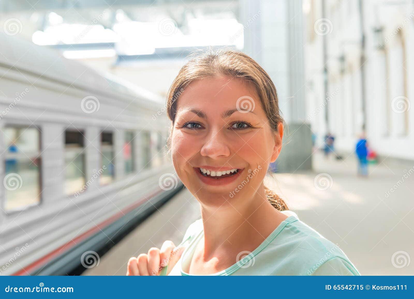 Retrato de uma mulher na estação de trem