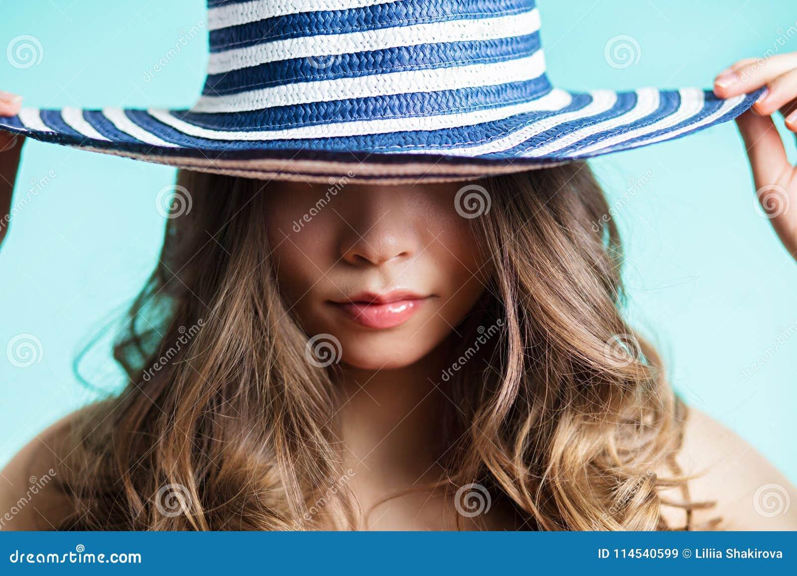 7661fd7e9d Retrato de uma mulher no chapéu elegante com uma borda larga Beleza,  conceito da forma