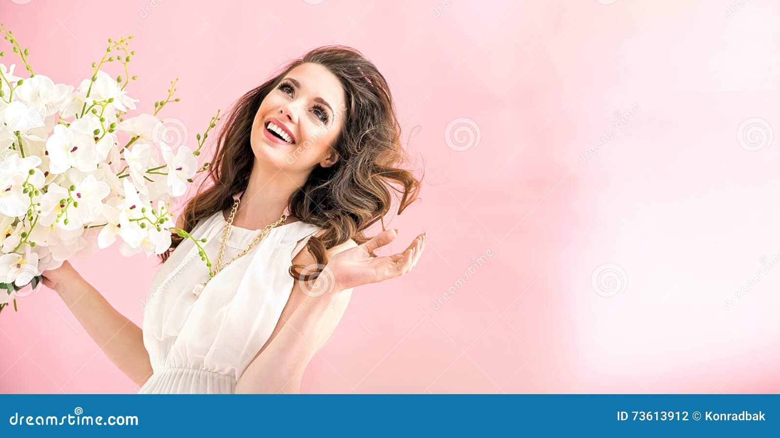 Retrato de uma mulher nova charming