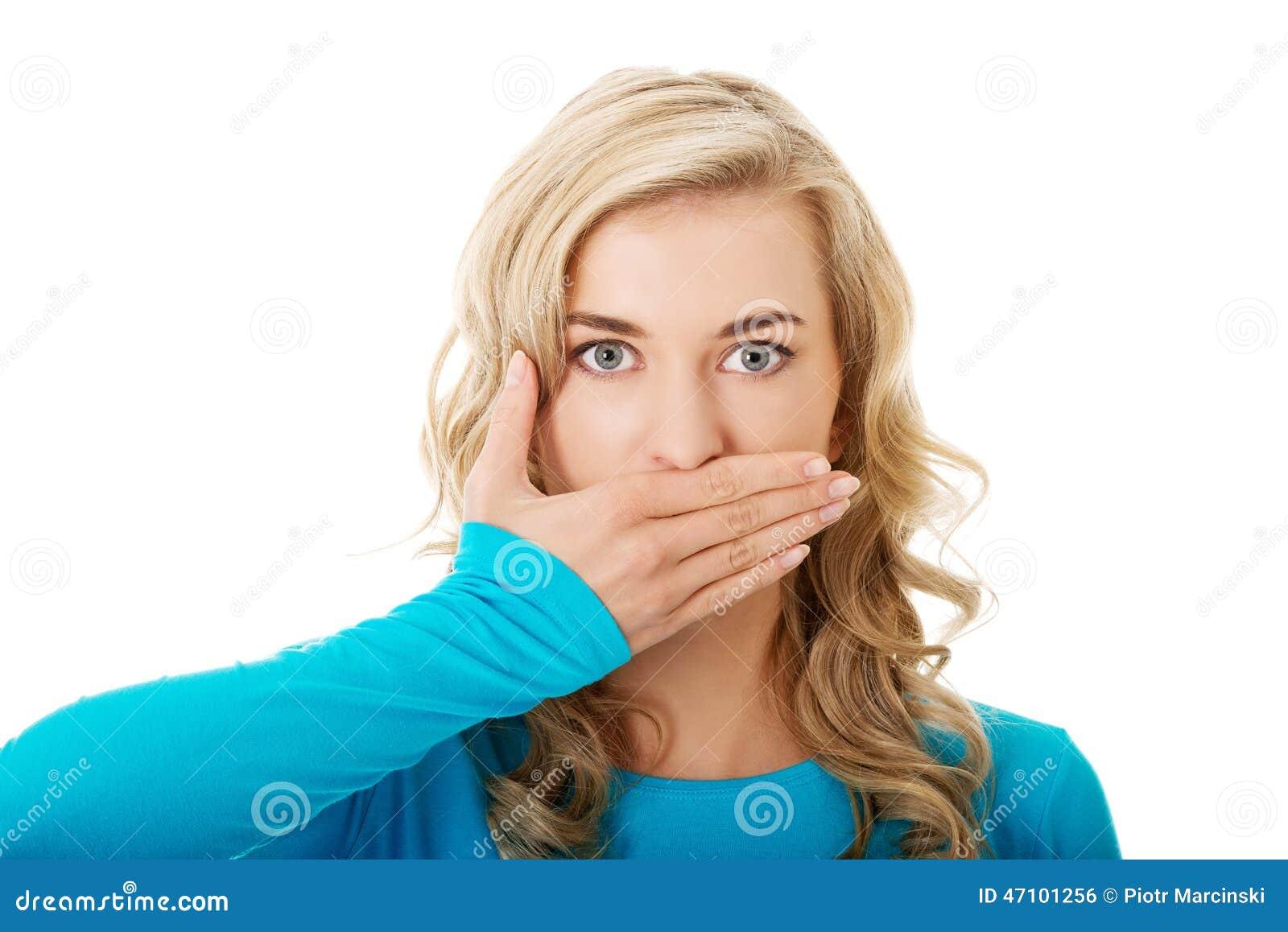 Retrato de uma mulher que cobre sua boca