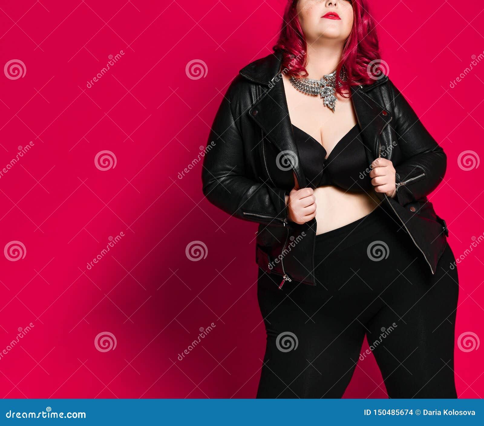 Retrato de uma mulher  sexy  bonita no casaco de cabedal preto