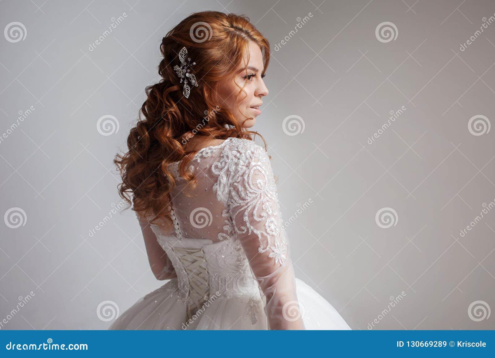 Retrato de uma noiva ruivo encantador, estúdio, close-up Penteado e composição do casamento