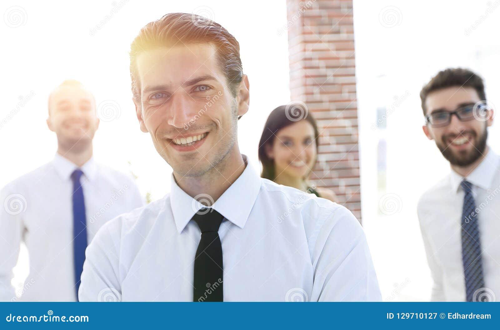 Retrato de uma pessoa bem sucedida do negócio no fundo dos colegas