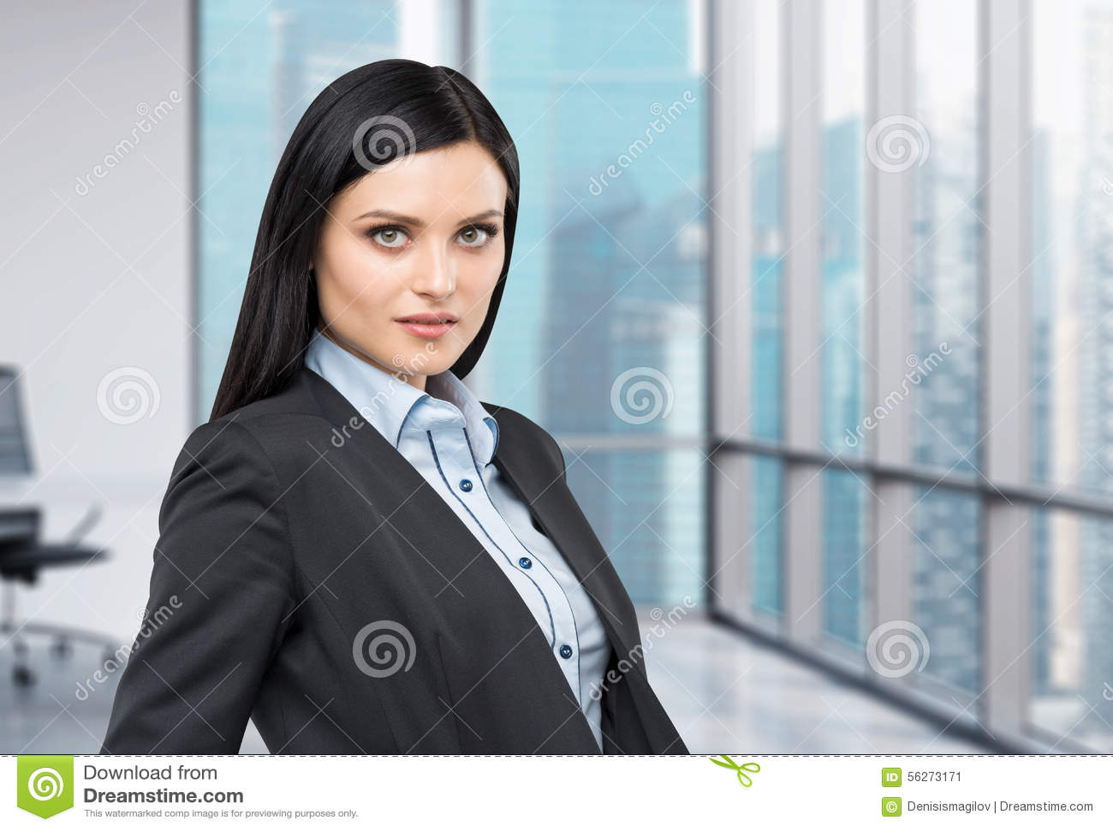 Retrato de uma senhora bonita em um terno formal Opinião panorâmico da cidade do negócio do escritório moderno