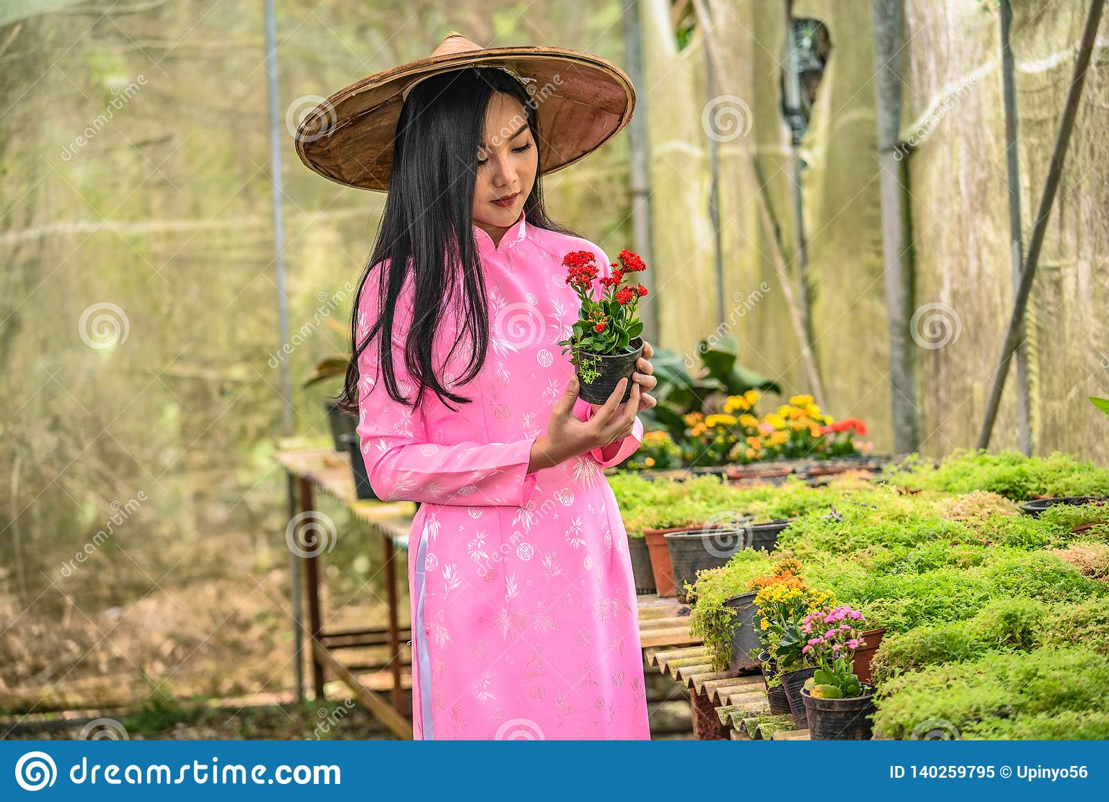 Retrato de un adolescente joven que lleva un rosa en un parque