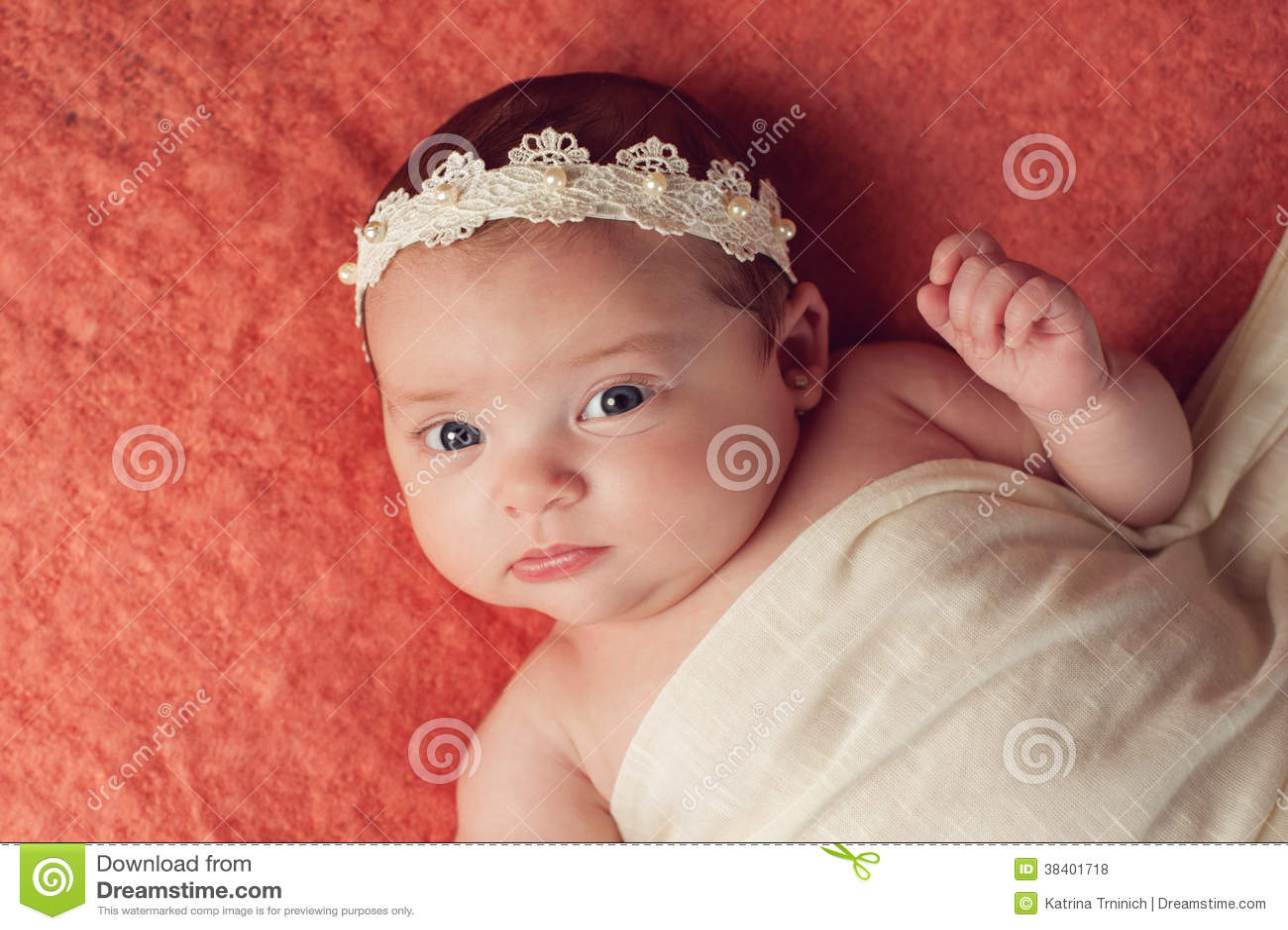 Retrato De Un Bebé Que Lleva Una Venda Del Cordón Y De La Perla Foto ...