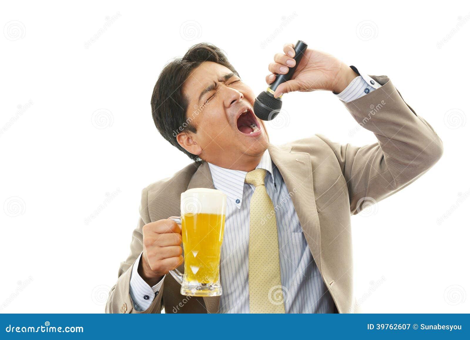 Retrato de un hombre borracho en Karaoke