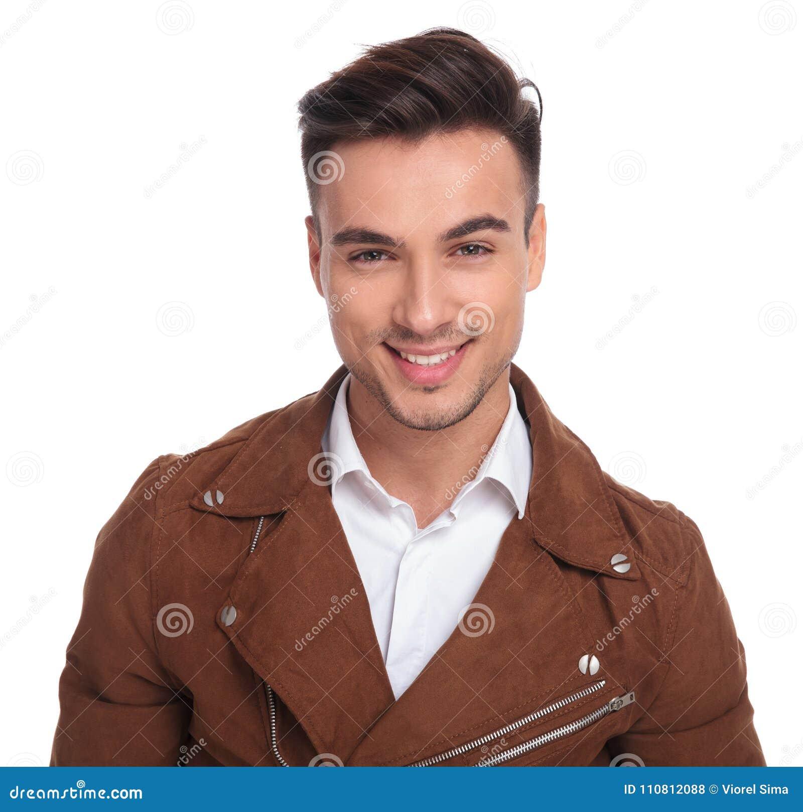 Retrato Chaqueta Un Cuero De Sonriente La Joven Hombre En Casual RrRUx8qwg