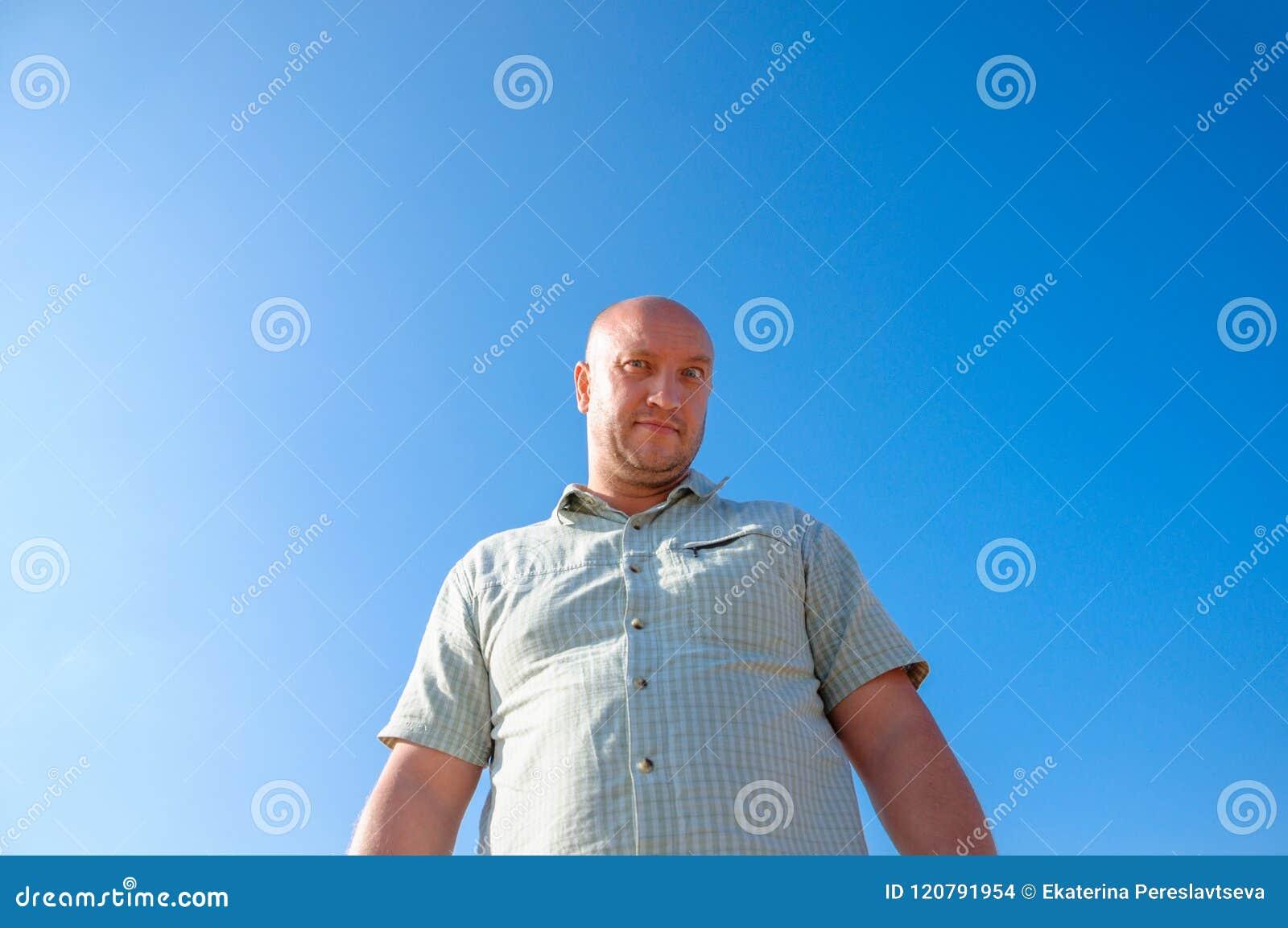 Retrato de un hombre contra un cielo azul