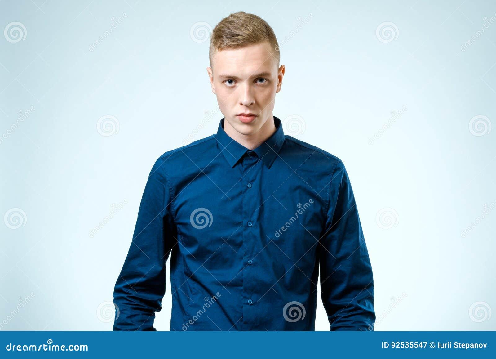 Retrato de un hombre joven confiado aislado