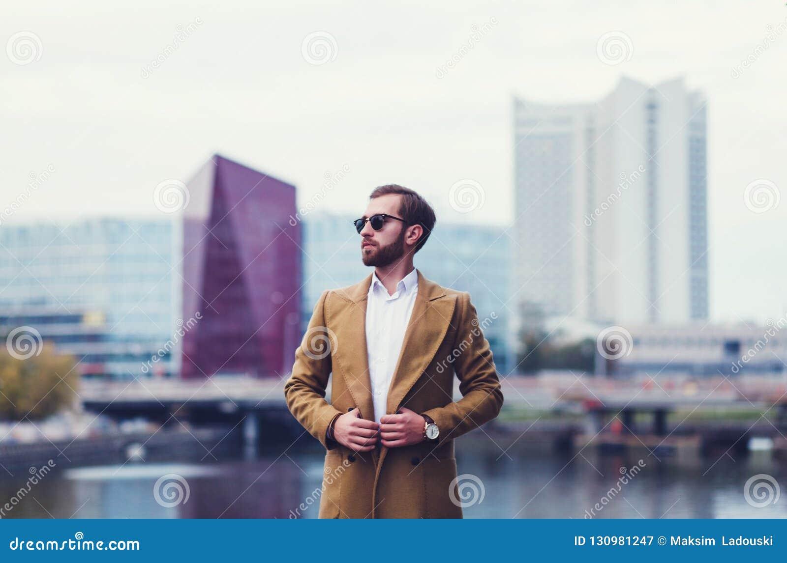 Retrato de un hombre de negocios en una capa