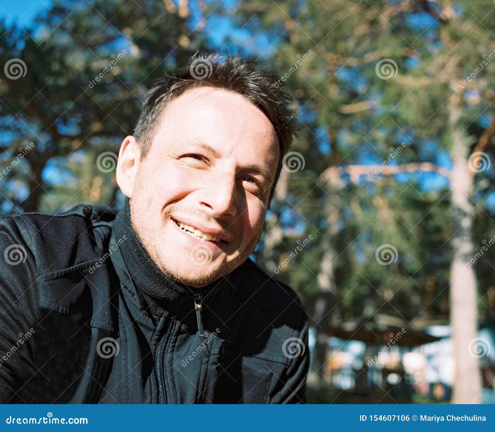 Retrato de un hombre sonriente alegre de treinta años
