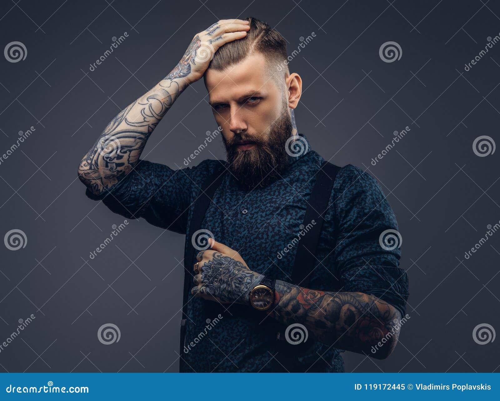 Retrato de un inconformista pasado de moda hermoso serio en camisa y ligas